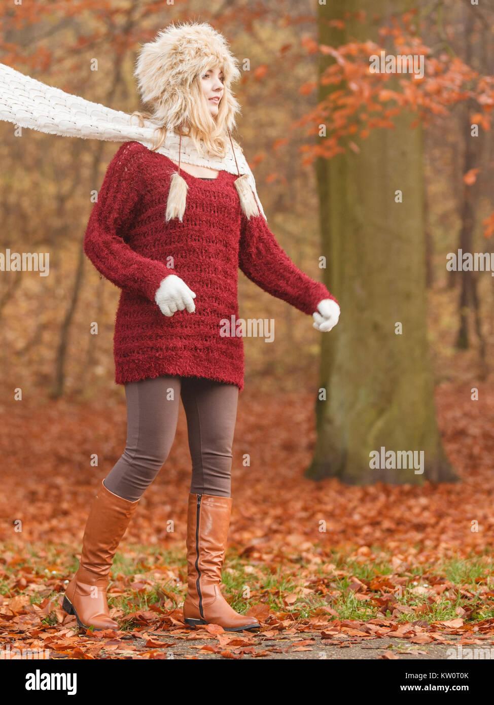 Fashion femme avec foulard volant au vent en automne automne forêt parc  contre le vent souffle. Jeune fille au chapeau de fourrure pull et s amusant  à ... 9764ab9d050