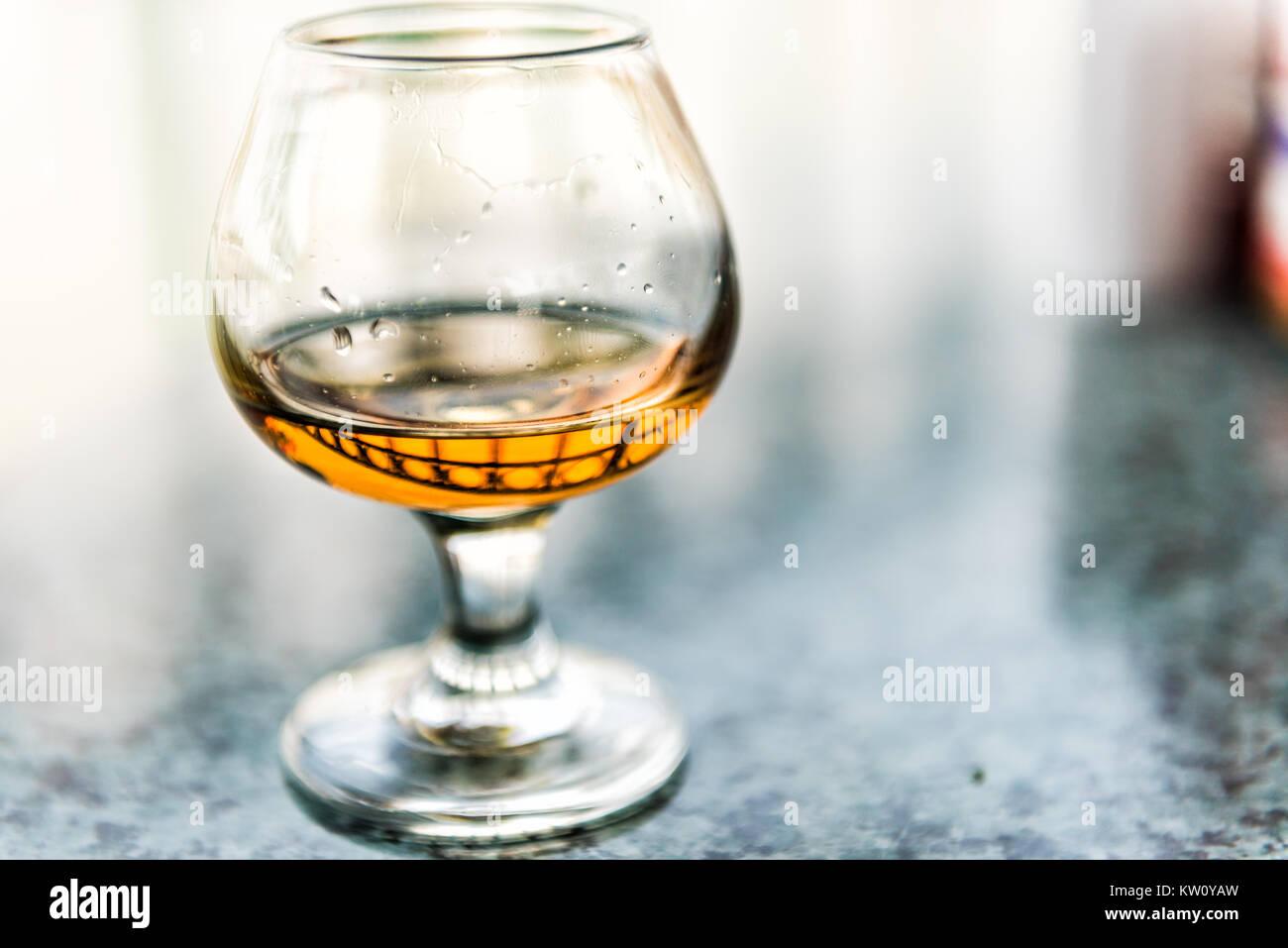 Gros plan macro d'amaretto, rhum, bourbon ou boire dans le verre Banque D'Images
