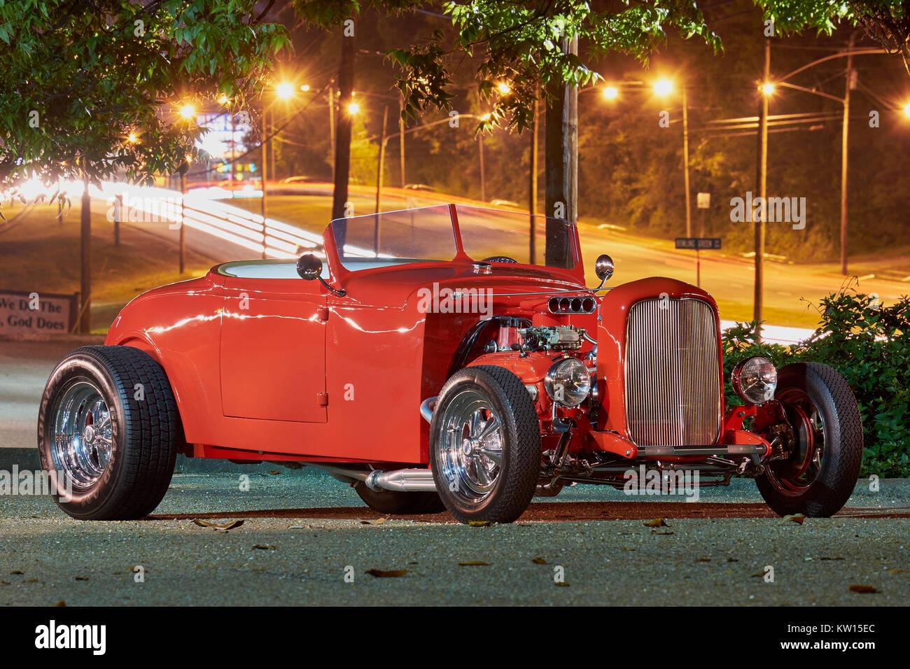 1932 Ford hot rod roadster rouge sur l'affichage vue latérale montrant ouvrir le compartiment moteur. Banque D'Images