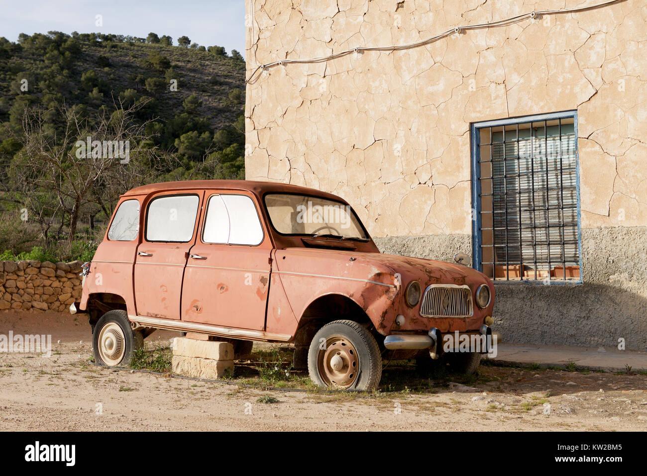 Ancienne Voiture Renault 4l Sur Des Blocs Dans La Campagne Photo Stock Alamy