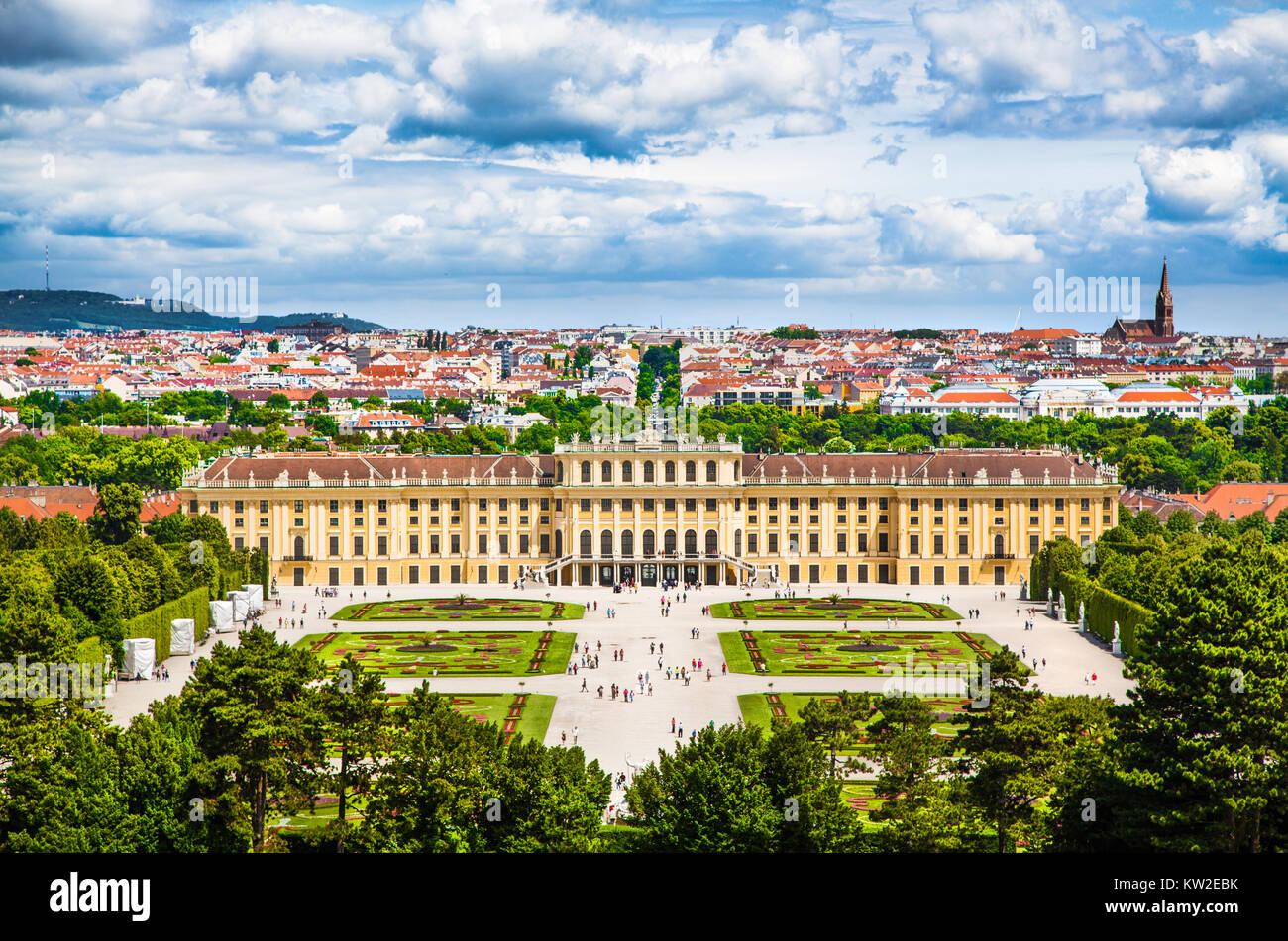 Belle vue du célèbre Palais Schönbrunn avec grand jardin Parterre à Vienne, Autriche Photo Stock