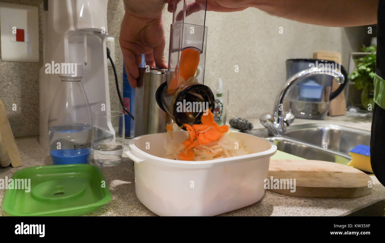 Broyeur de cuisine légumes utilisés Gros plan sur une table de cuisine. Photo Stock