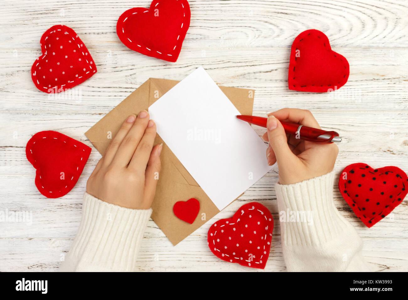 Main de fille écrit Lettre d'amour pour la Saint Valentin 24. Carte postale à la main. Femme ...