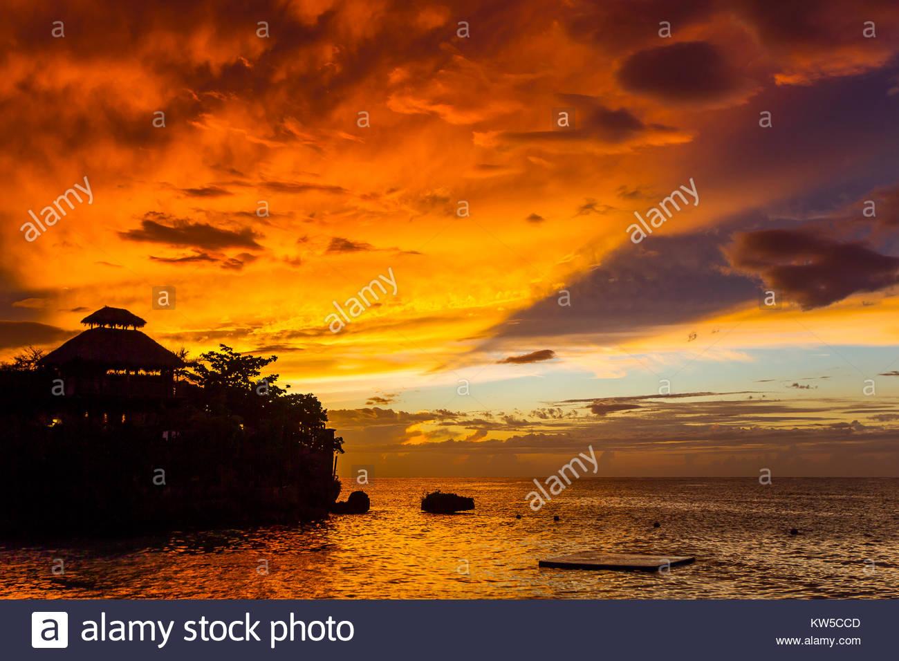 Un fiery sky pendant un coucher de soleil spectaculaire à Ocho Rios, Jamaïque. Photo Stock