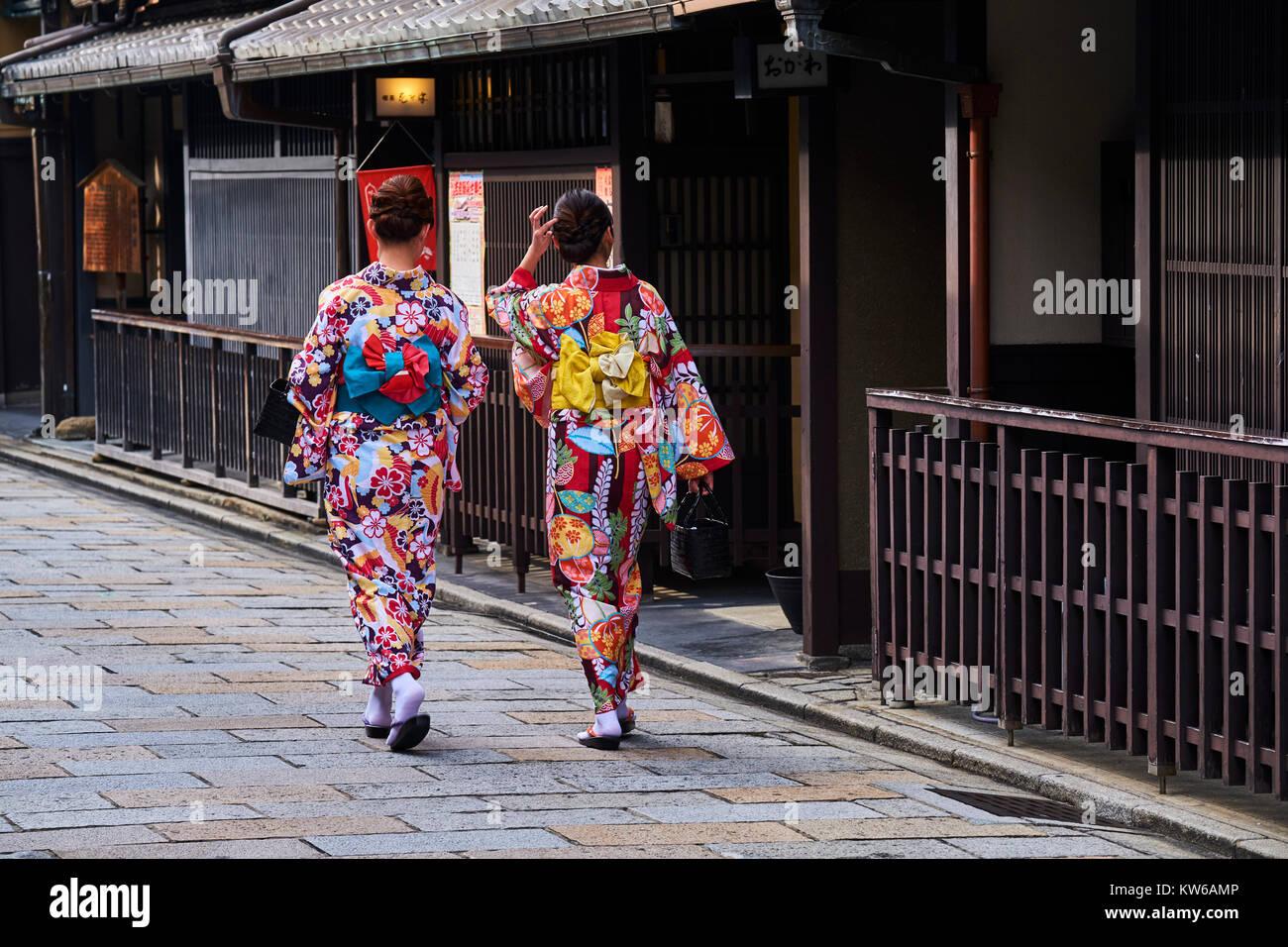 Le Japon, l'île de Honshu, région du Kansai, Kyoto, Geisha de Gion, ancien salon, jeunes femmes en Photo Stock