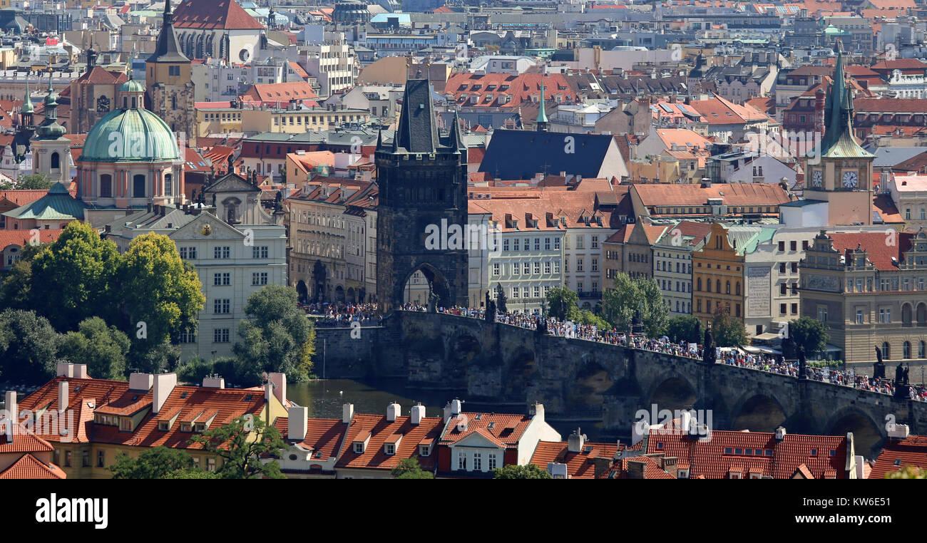 Prague, République tchèque - 24 août 2016: vue panoramique avec le Pont Charles sur la Vltava Photo Stock