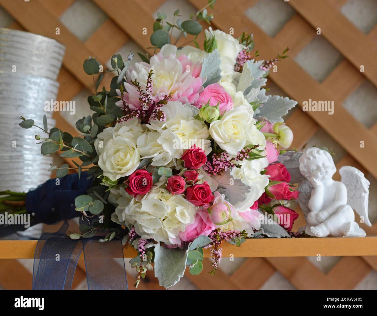 mariage bouquet de rose et de blanc portant sur une table avec une