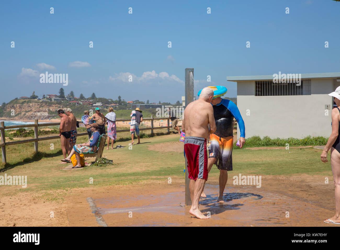 Les hommes à l'aide de la plage douche après une baignade à Mona Vale beach sur les plages du Photo Stock