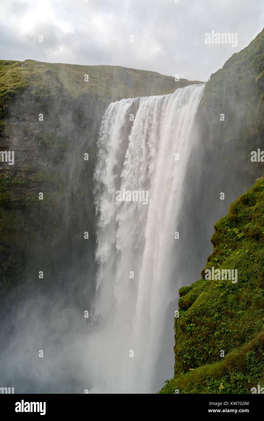 Skogafoss, l'un des plus puissants cascade dans le sud de l'Islande en été. Banque D'Images