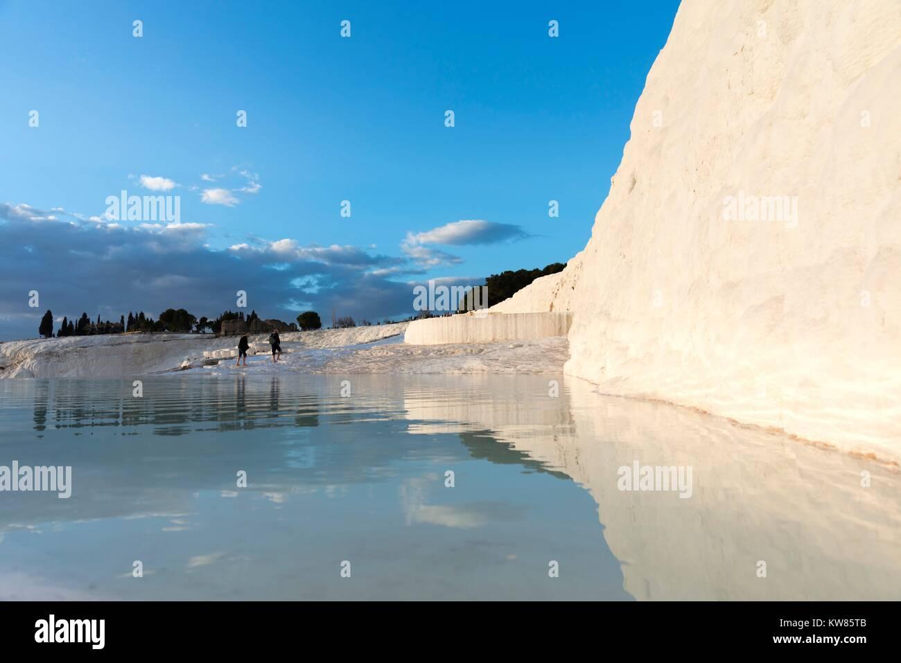 Château de coton à Pamukkale ( ), située à Denizli en Turquie. Photo Stock