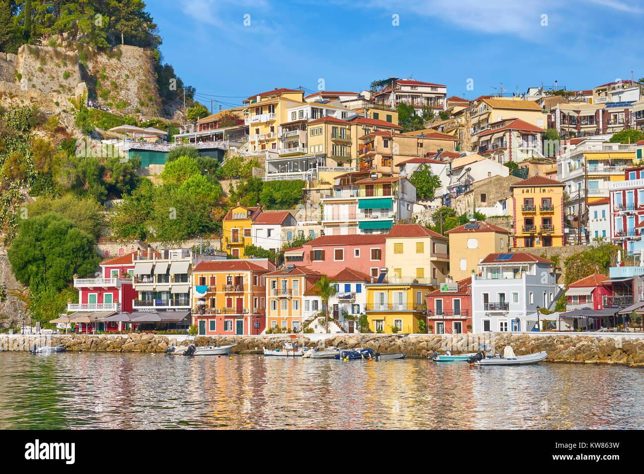 Maisons peintes en couleurs à Parga, Grèce resort Photo Stock