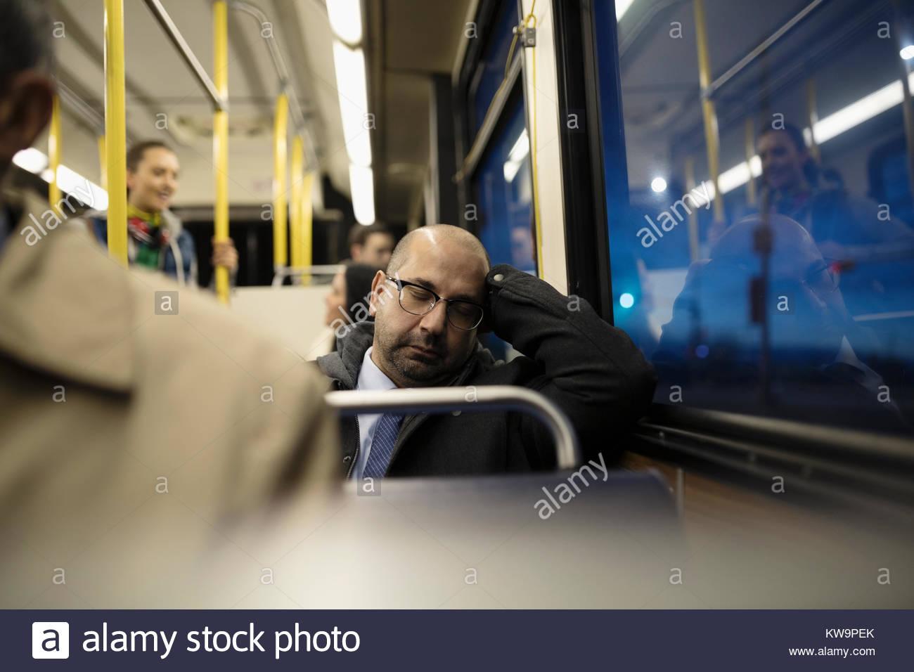 Fatigué de banlieue mature businessman sleeping on bus Photo Stock