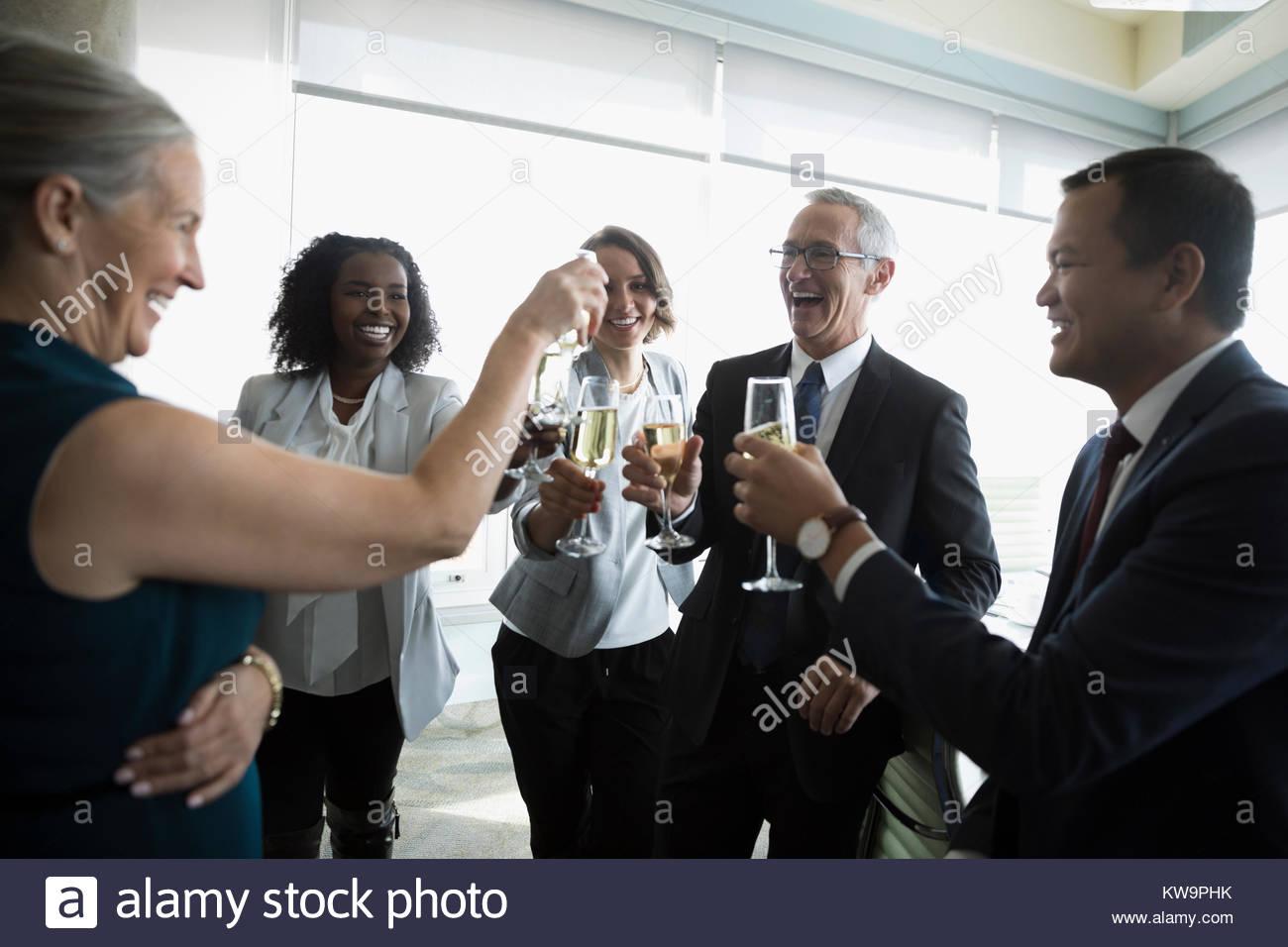 Happy business people celebrating toasting champagne verres,dans la salle de conférence Photo Stock