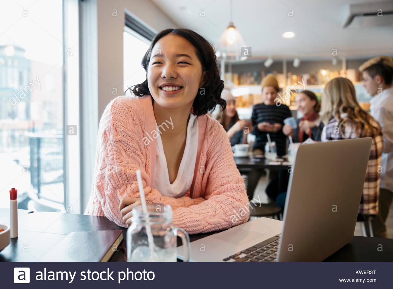Sourire confiant,Korean high school girl student laptop in cafe Photo Stock