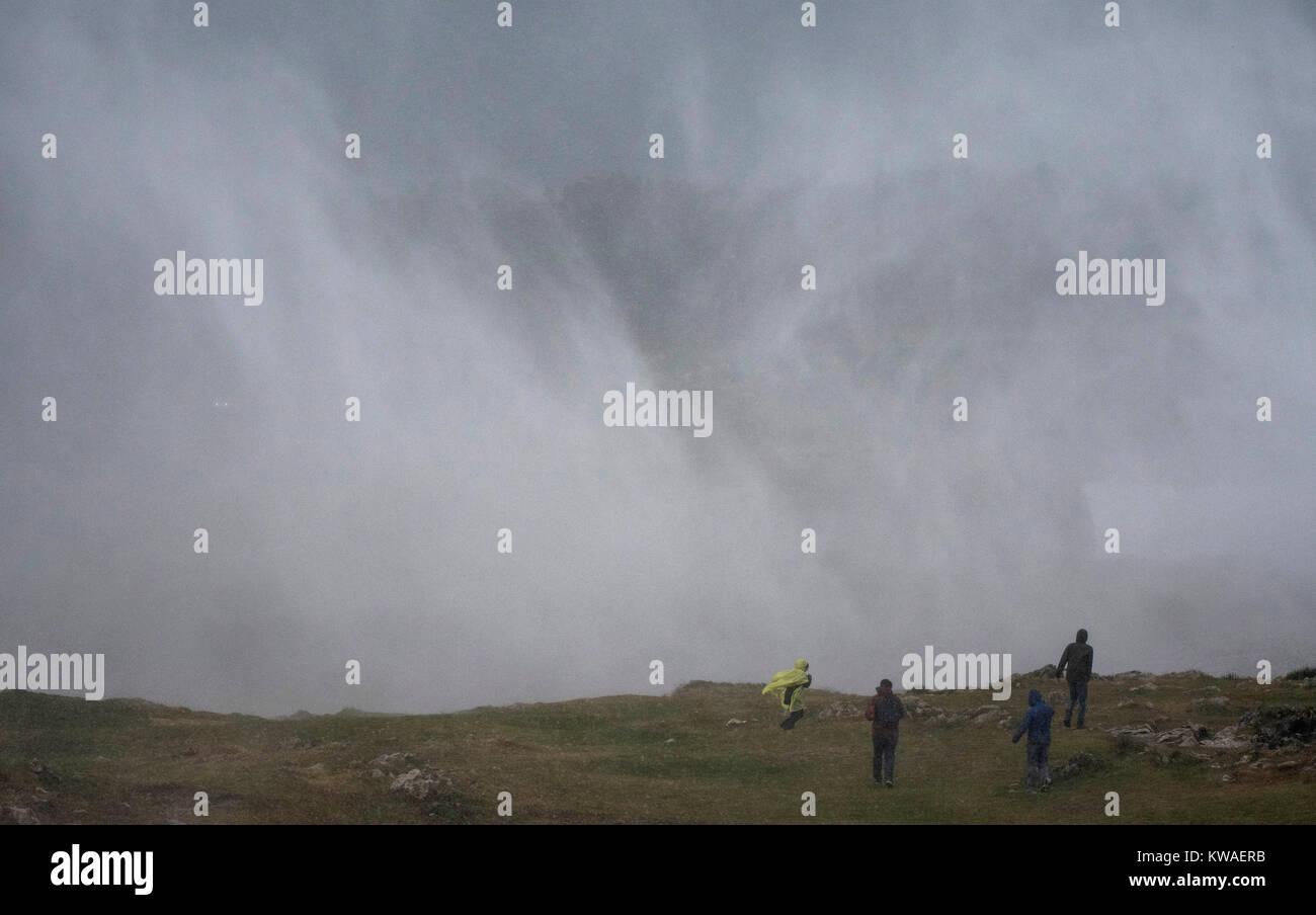 Llanes, Espagne. 06Th Jan, 2018. L'eau de mer est expulsé à terre à geysers d 'Bufones de Photo Stock