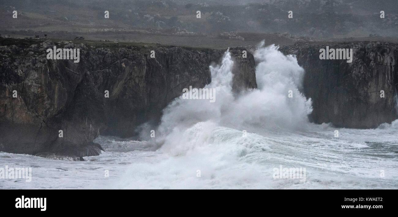 """Llanes, Espagne. 06Th Jan, 2018. Vagues se briser contre les falaises de """"Bufones de Pria' le Janvier 01, Photo Stock"""