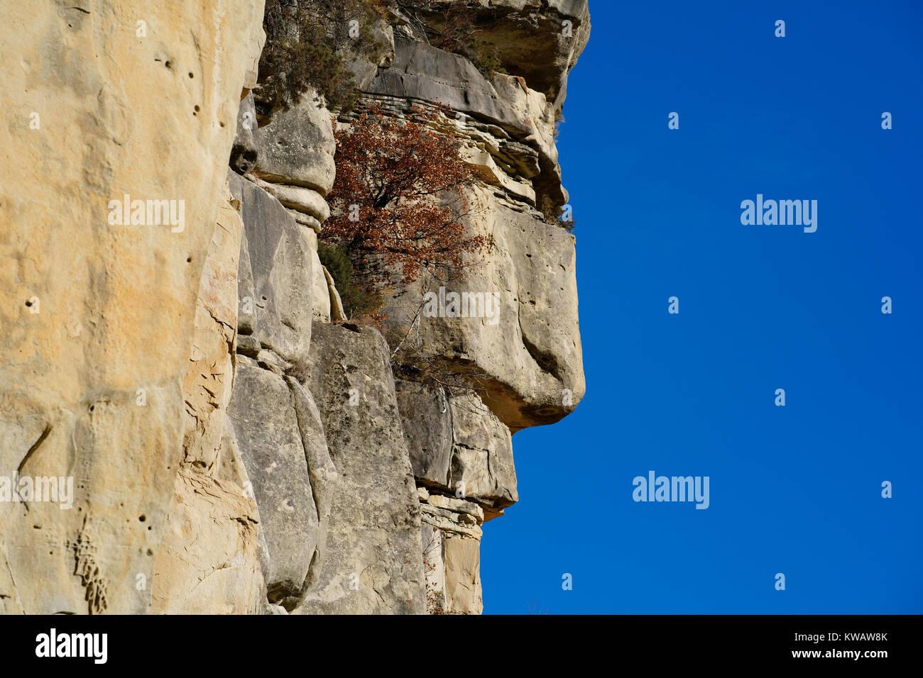Une formation rocheuse de grès naturel ABSOLUMENT À LA RECHERCHE COMME UN HOMME'S PROFILE. Annot, Photo Stock