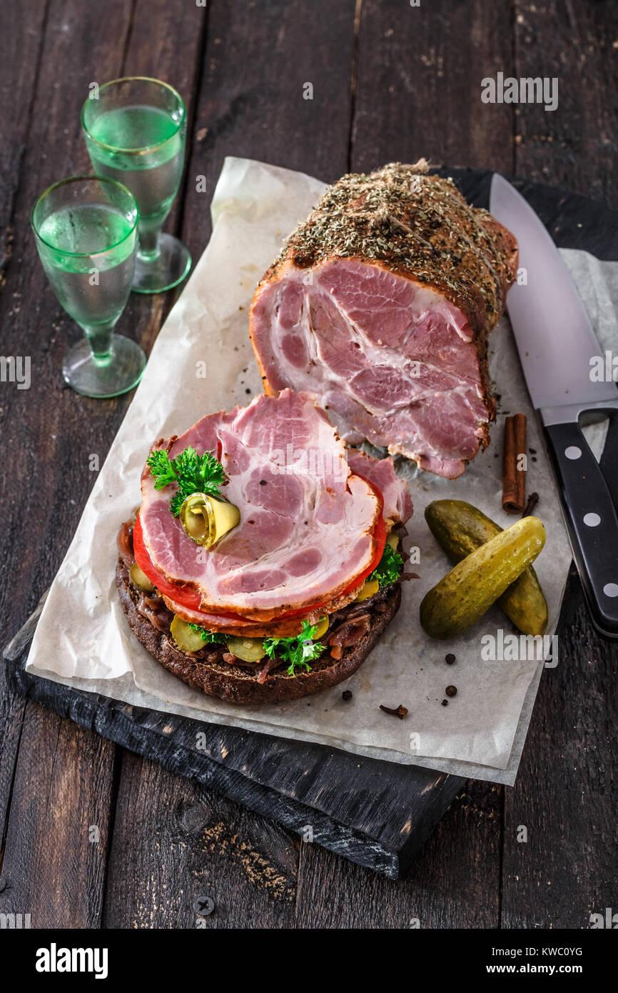 Maison ouverte avec sandwich de viande fumée, tomate, confiture d'oignons et d'ico la vodka froide Photo Stock