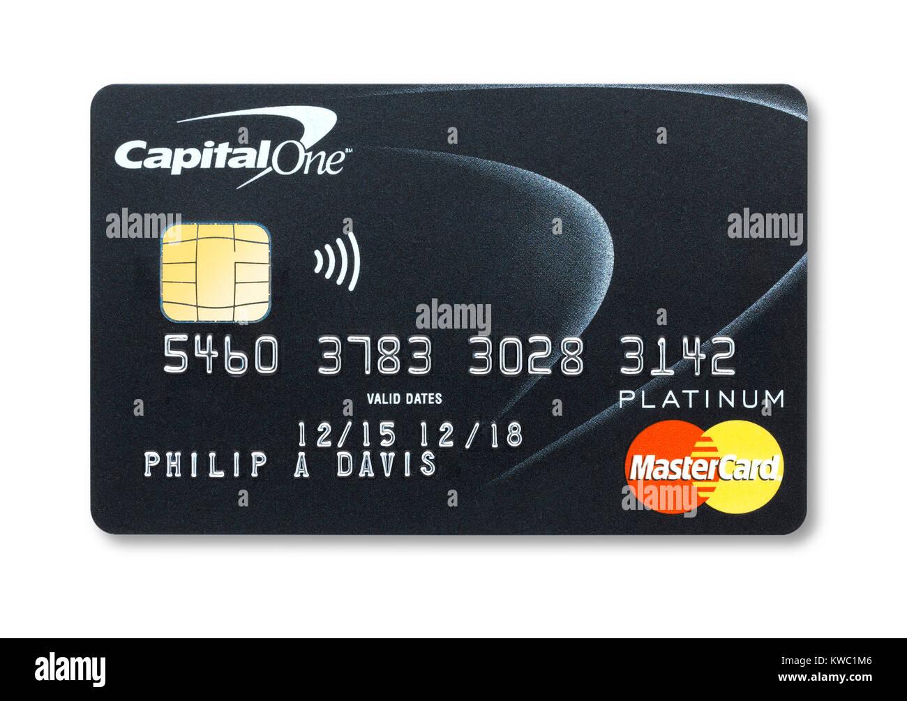 Coupe simple d'une carte de crédit Capital One holding avec ombre Photo Stock