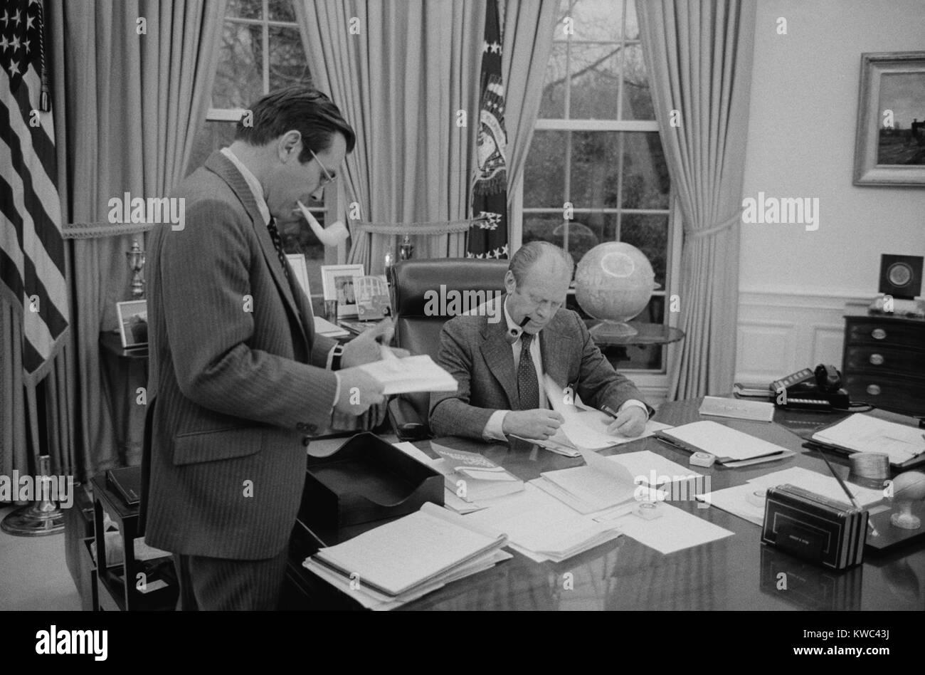 Le président Gerald Ford rencontre avec son chef de cabinet, Donald Rumsfeld. 6 février 1975. (BSLOC___2015 14 59) Banque D'Images