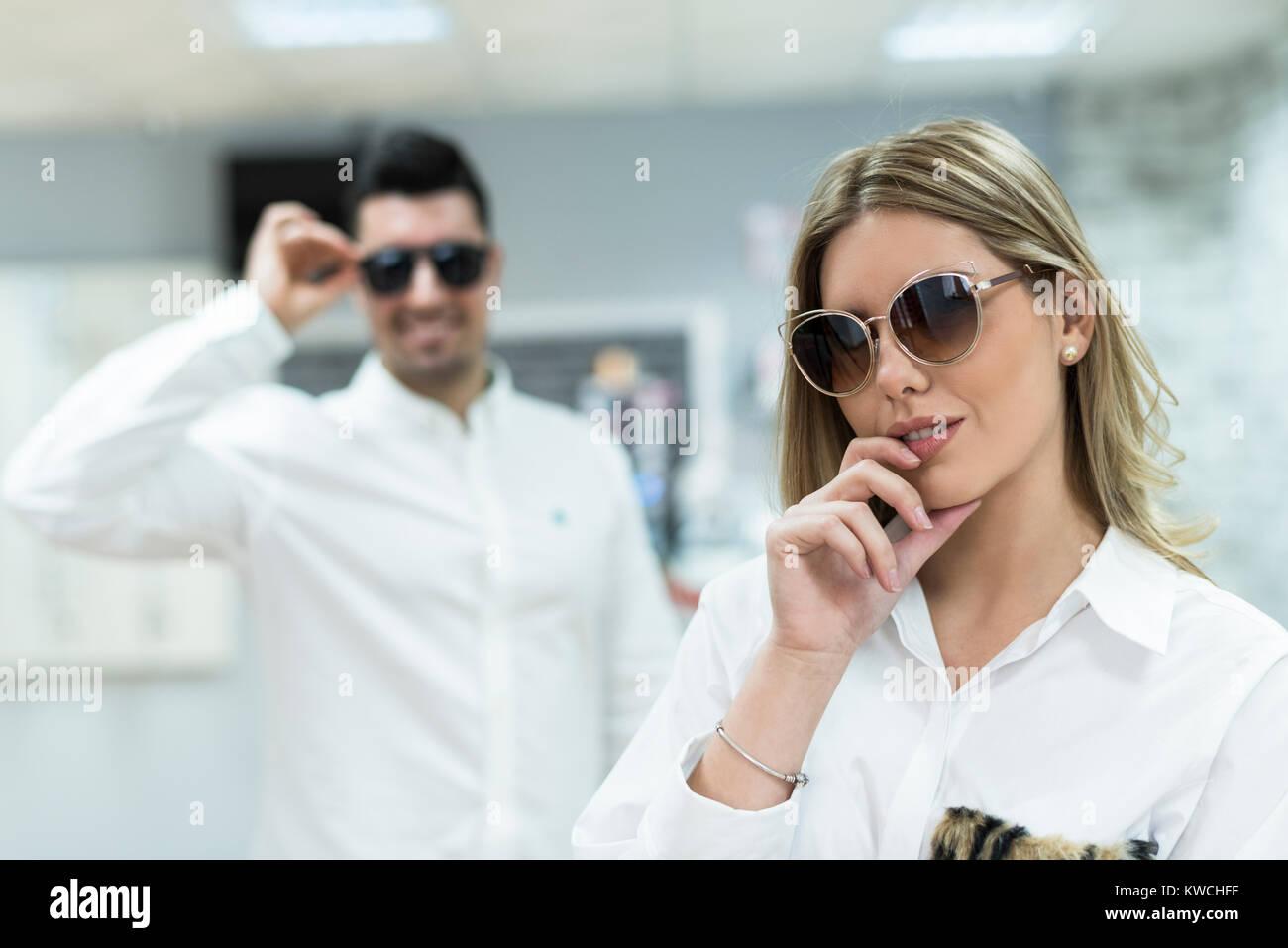 b9a939f6e5baed Couple d essayer sur des lunettes de soleil dans les lunettes optiques store