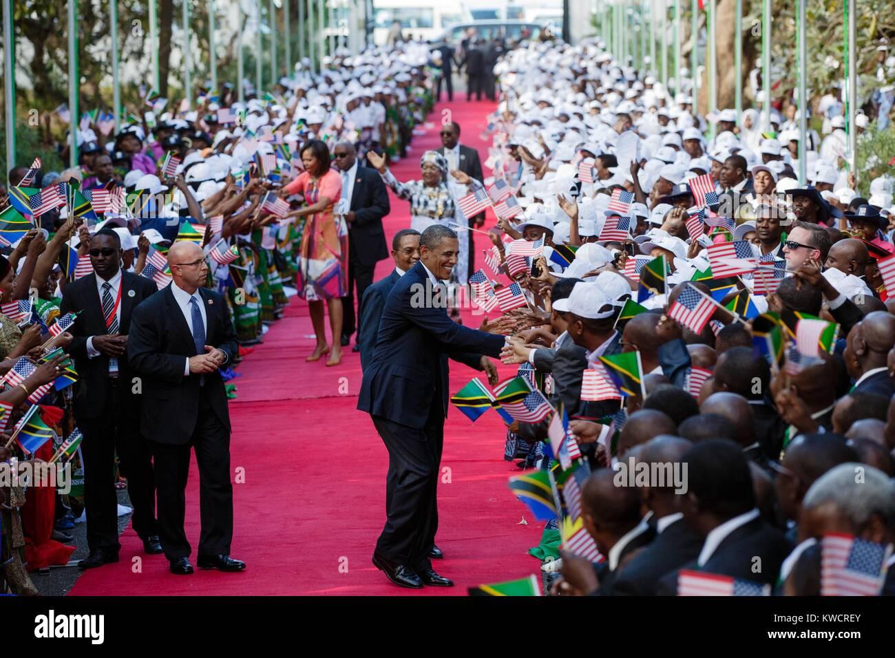 Le président Barack Obama et Première Dame Michelle Obama se serrer la main avec la foule de la Tanzanie. Photo Stock