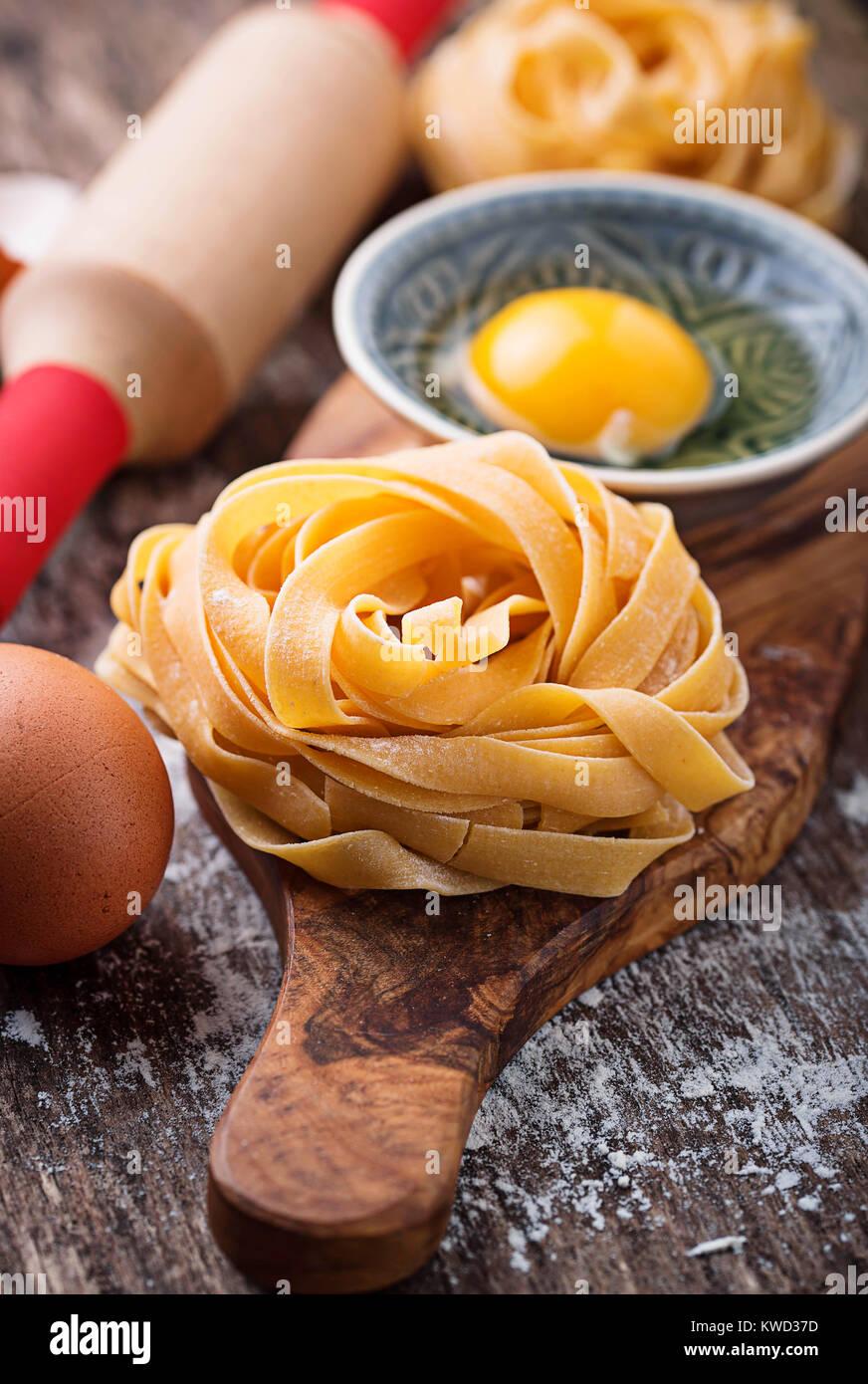 Tagliatelles de pâtes crues et les oeufs Photo Stock