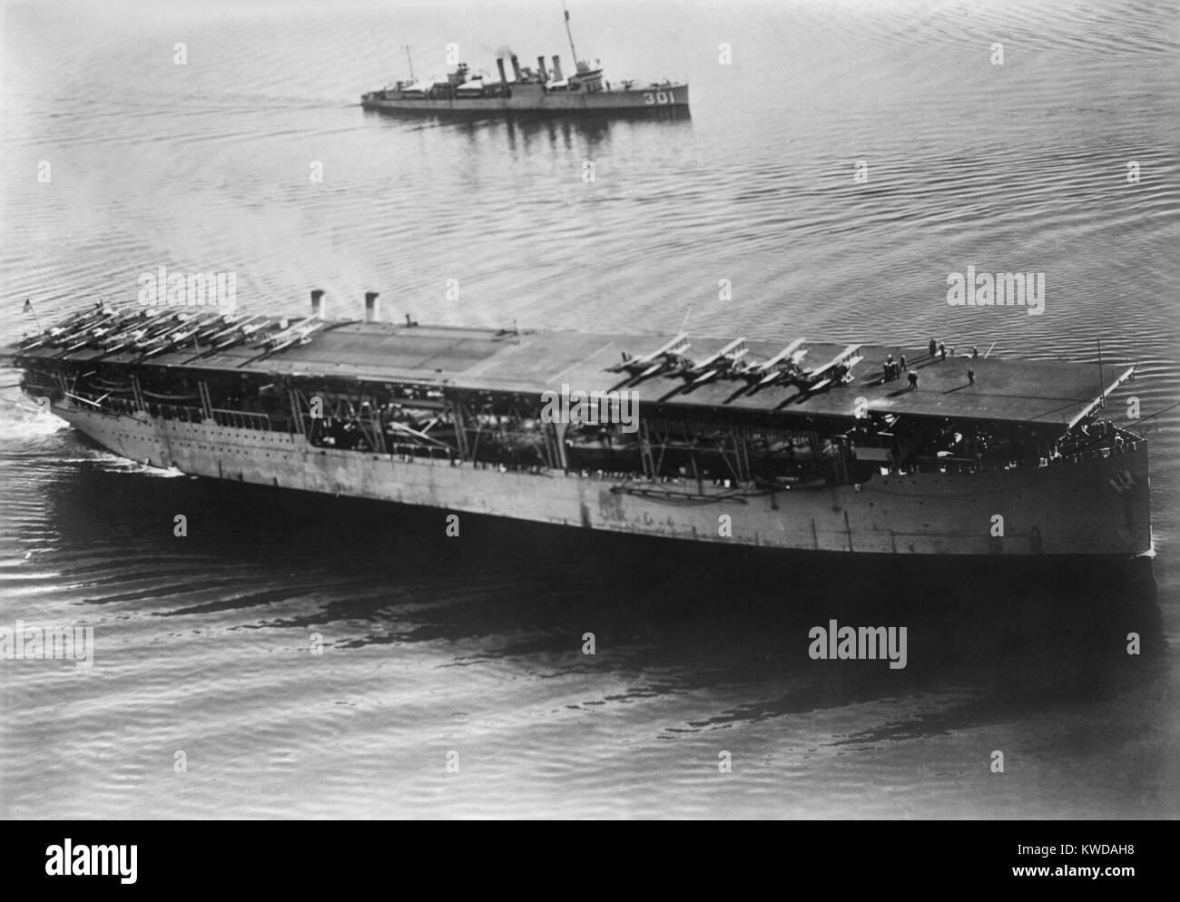 """USS Langley, le premier porte-avions, a été mise en service le 20 mars 1922. Sur son pont deux """"premières"""": le premier avion a été catapulté à partir d'un transporteur; et le premier avion à atterrir sur un navire (BSLOC___2016 10 105) Banque D'Images"""