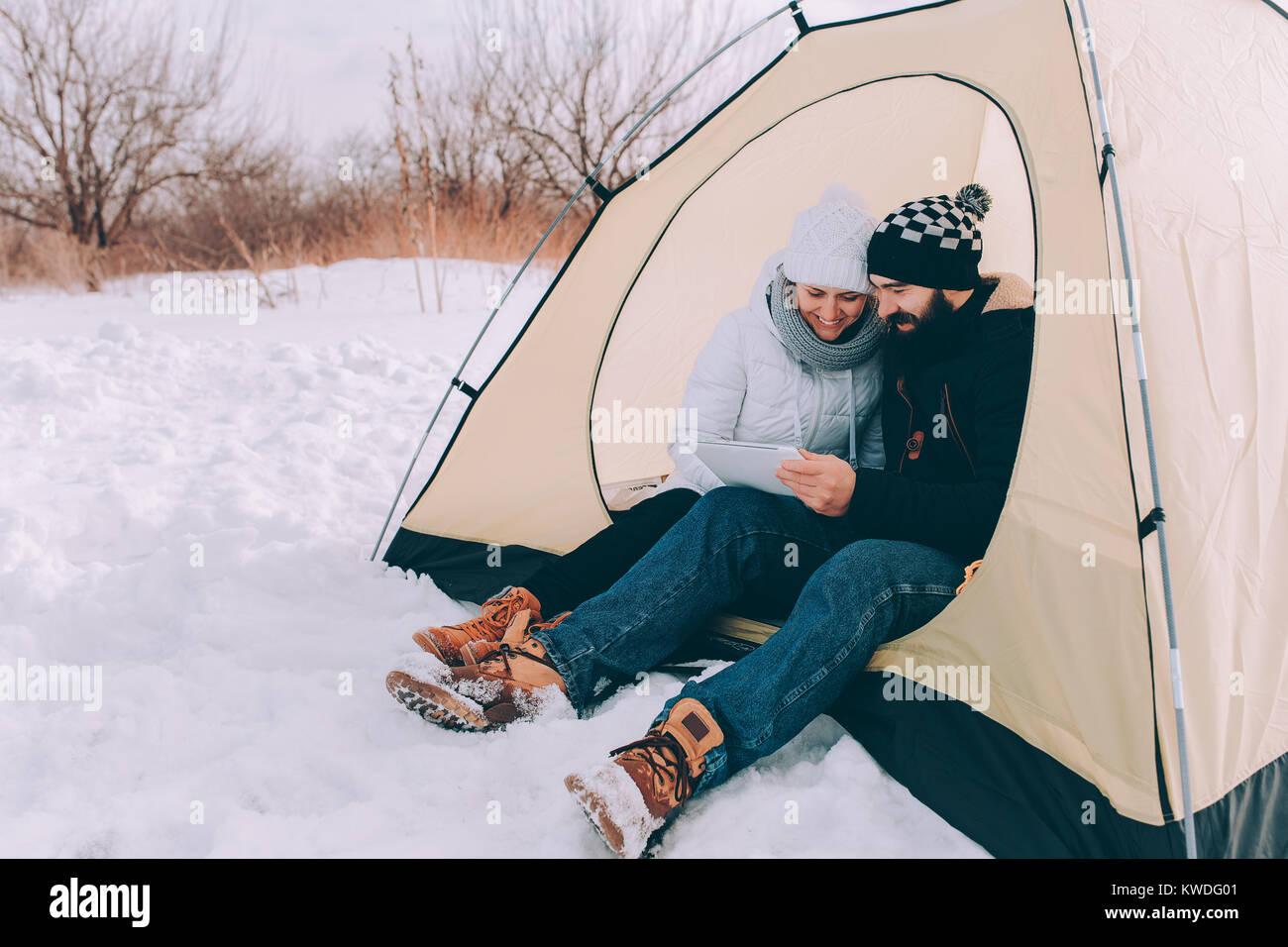 Fille et garçon en tente Photo Stock