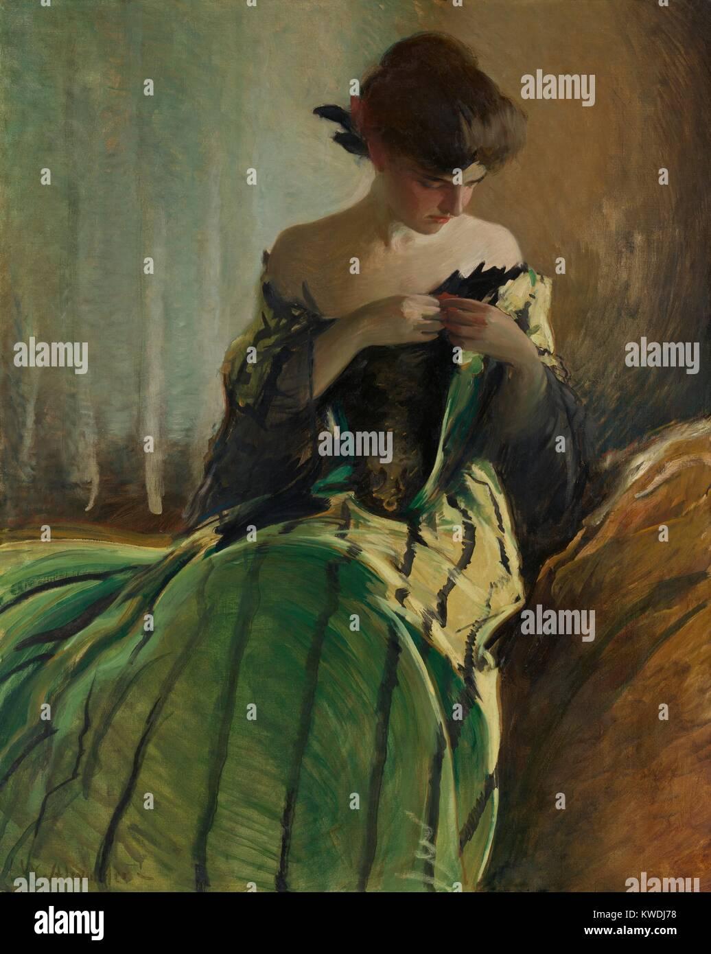 Étudier EN NOIR ET VERT, par John White Alexander, 1909, American peinture, huile sur toile. Une des jeunes femmes les bornes l'ornement de l'encolure basse de ses deux tons avec une robe de soirée jupe rayée. Elle porte ses cheveux coiffés tiré dans une BSLOC_2017 updo (_9_39) Banque D'Images