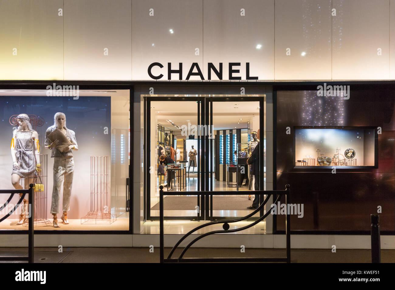 L extérieur du magasin Chanel et vitrines illuminées la nuit sur la  Croisette à Cannes, Côte d Azur, France 89f434c45f6