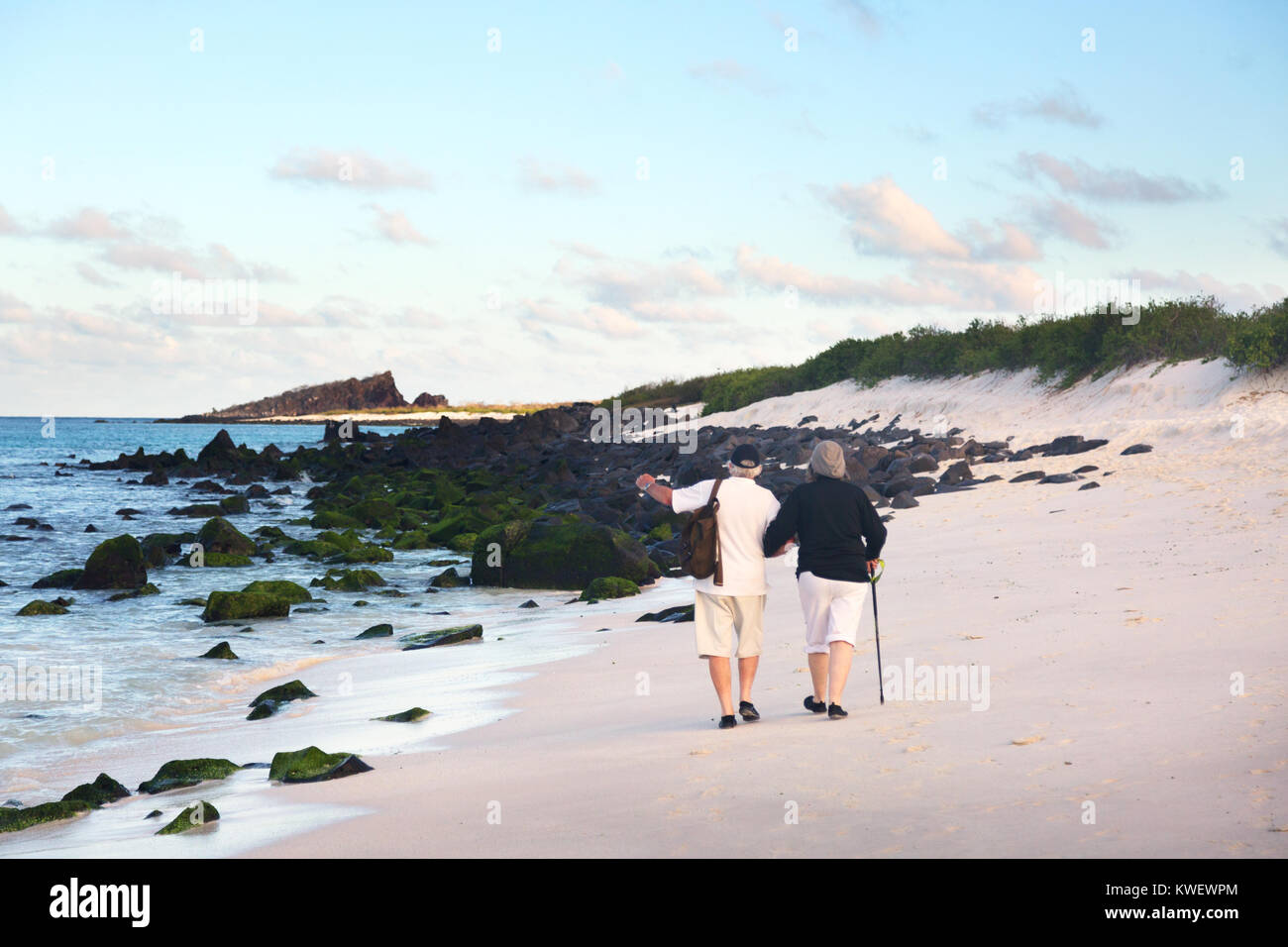 Un couple de personnes âgées la marche sur la plage, l'île d'Espanola, îles Galapagos Photo Stock