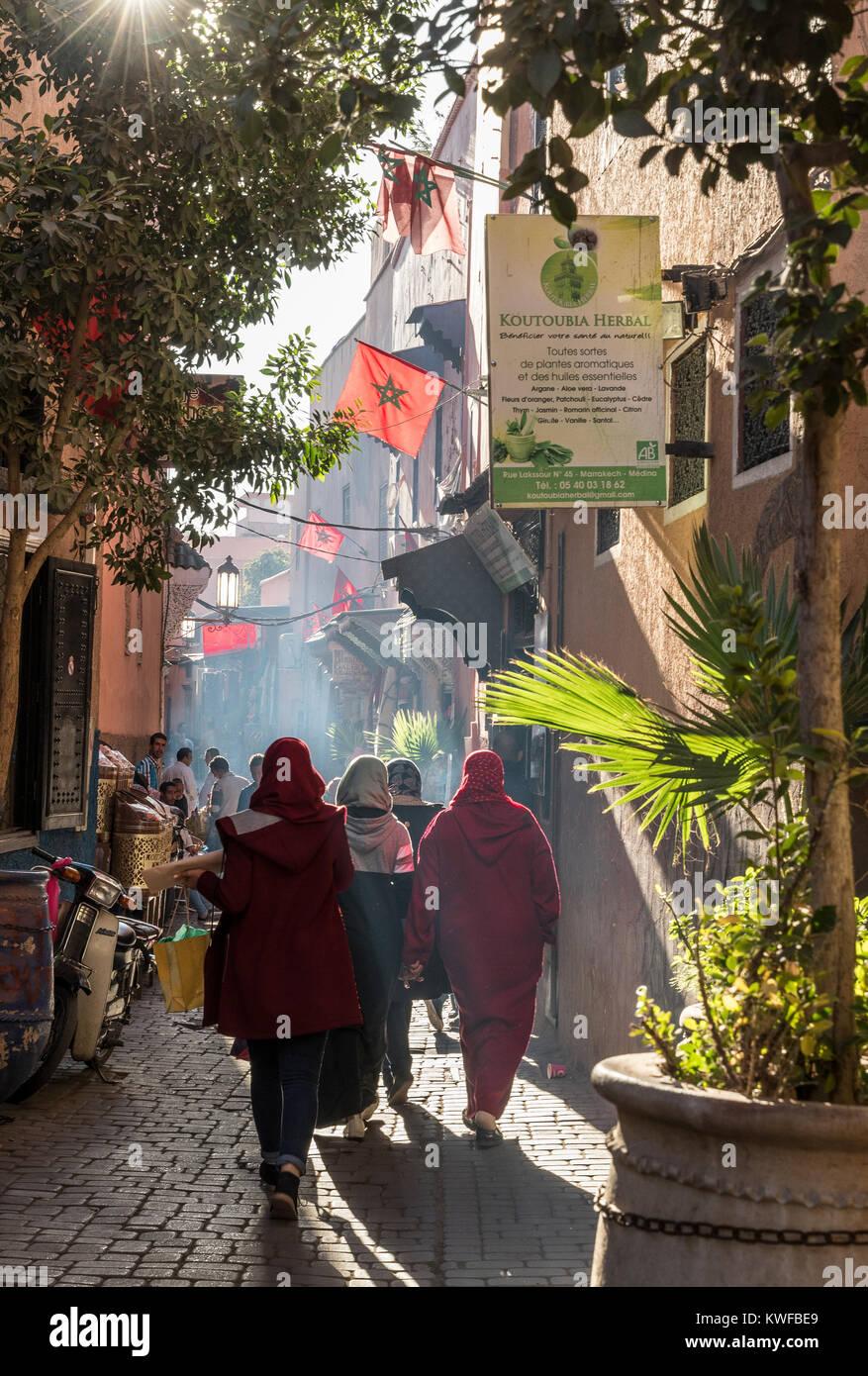 Retour de l'atmosphère des rues maedina avec palmiers et de personnes. Photo Stock