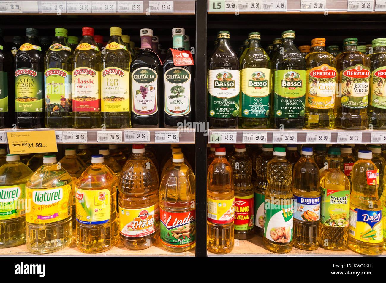 KUALA LUMPUR, MALAISIE - le 22 décembre 2017: diverses huiles de cuisson bouteille, comme l'huile Photo Stock