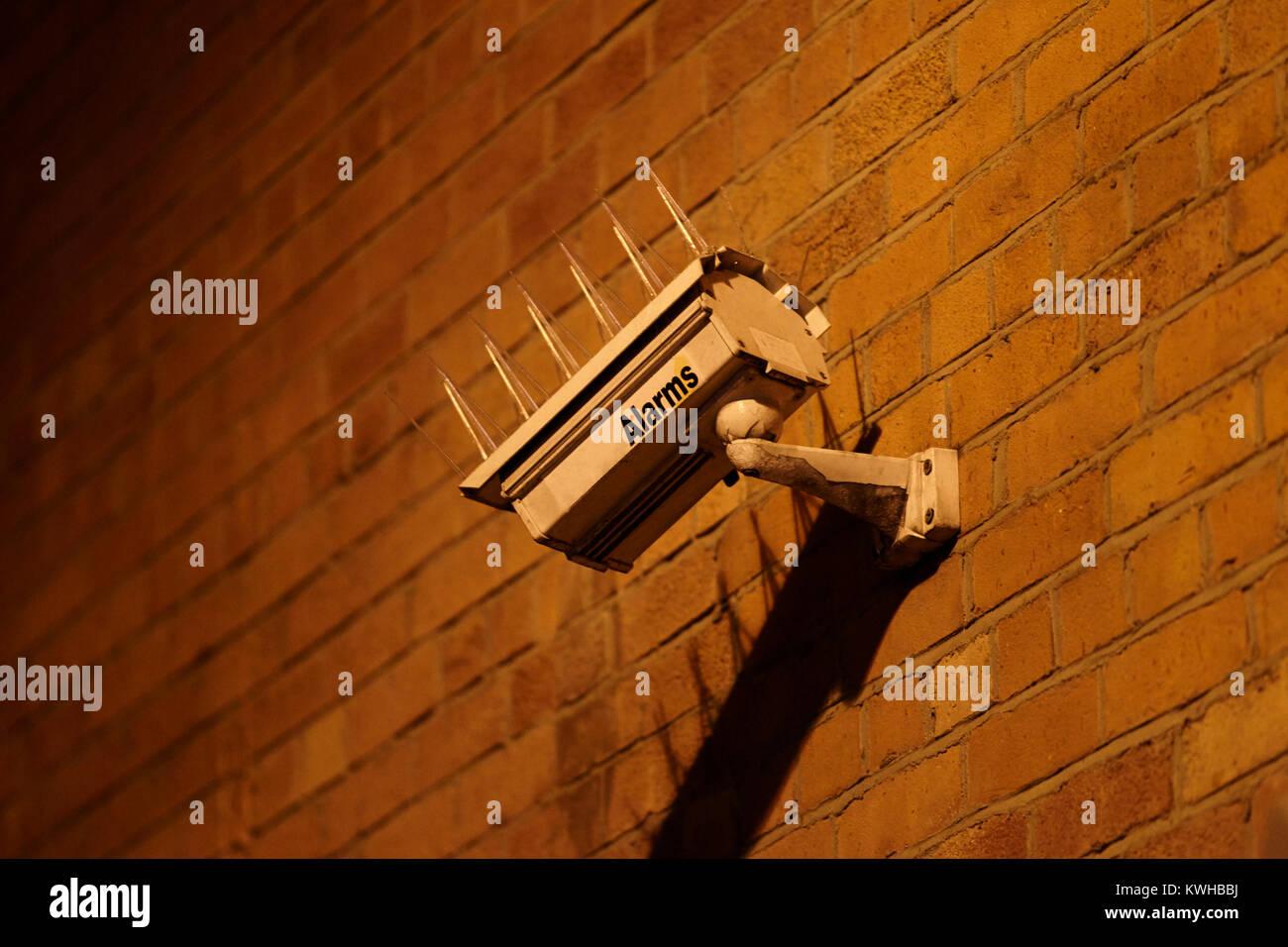Caméra de surveillance avec des pointes d'oiseaux de nuit contre l'Irlande du Nord Belfast, Royaume Photo Stock