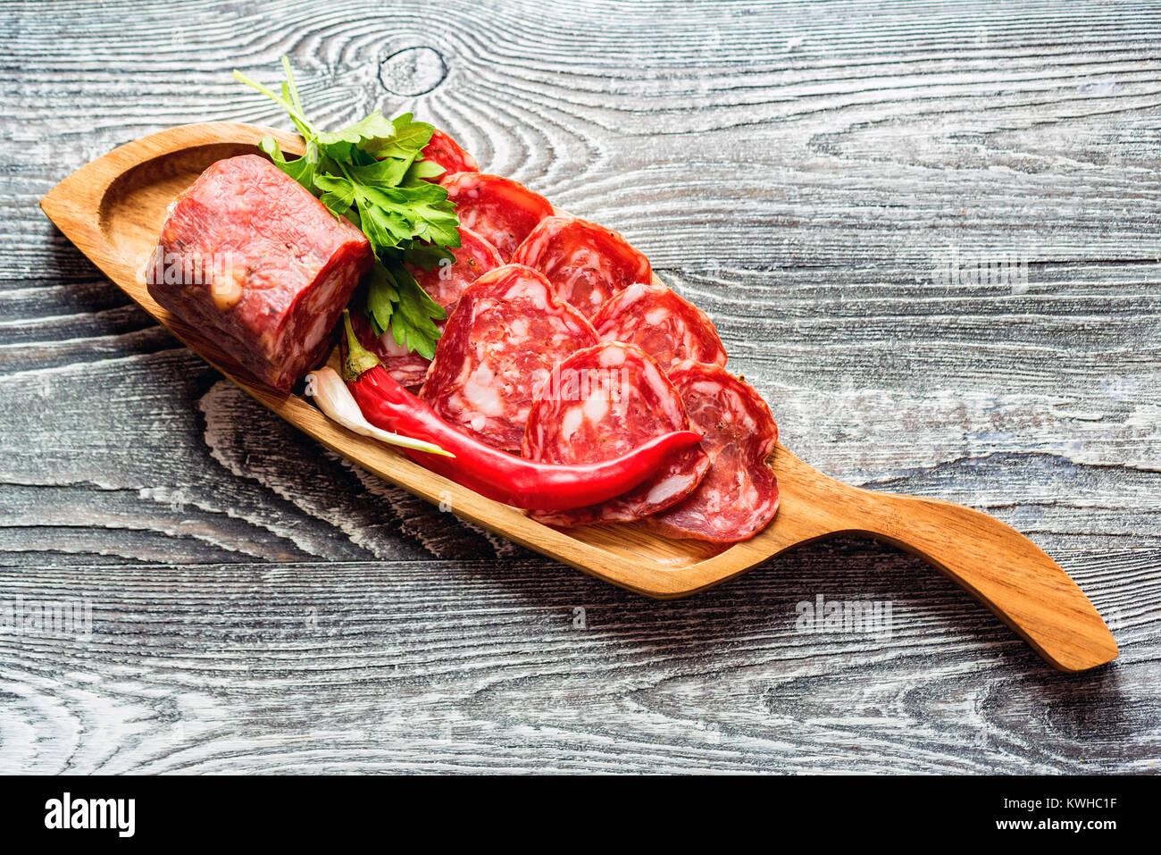 Close-up de saucisse fumée et légumes Photo Stock