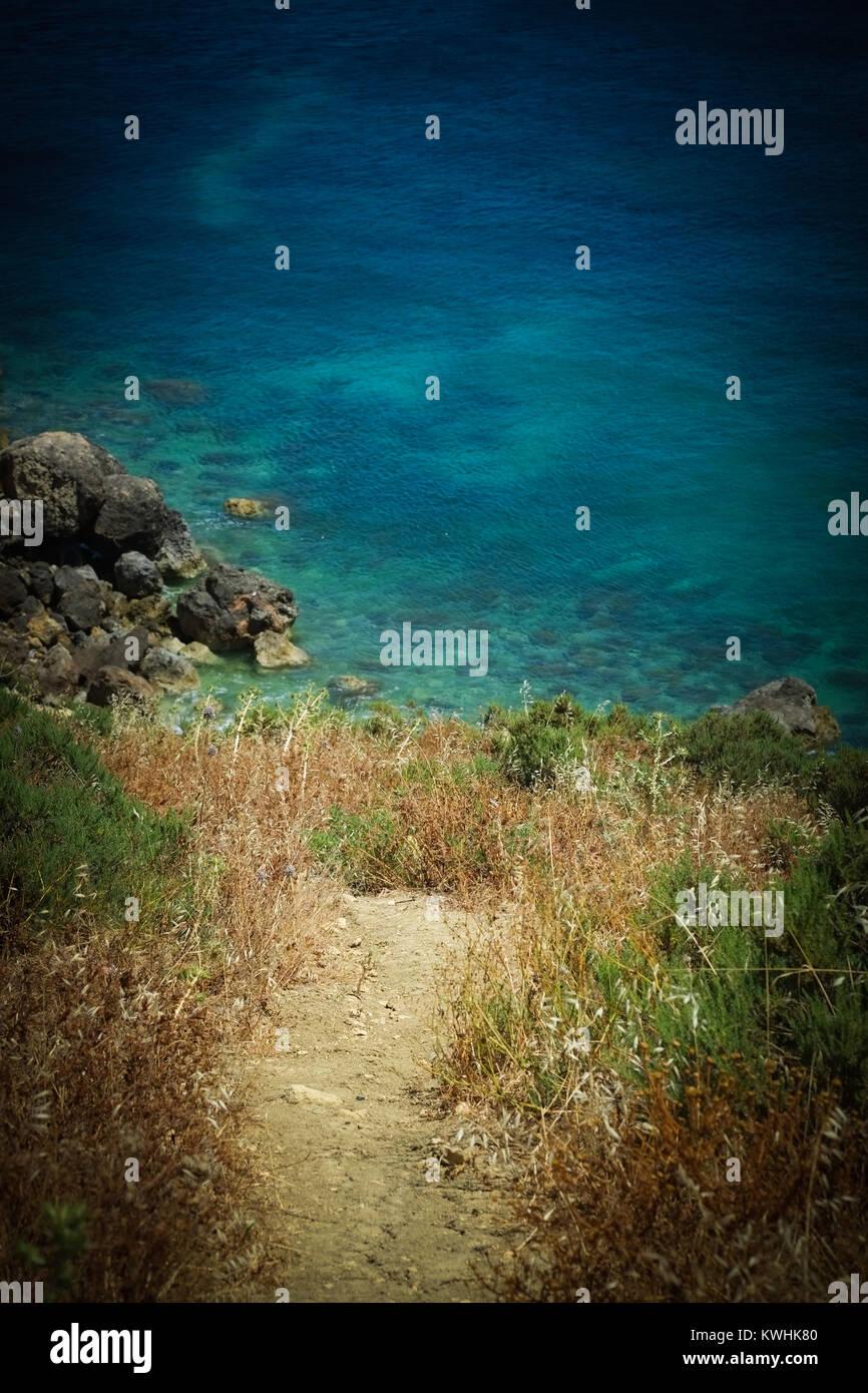 Gozo a une marche, un chemin de randonnée autour de l'ensemble de son littoral donnant une vue imprenable Photo Stock