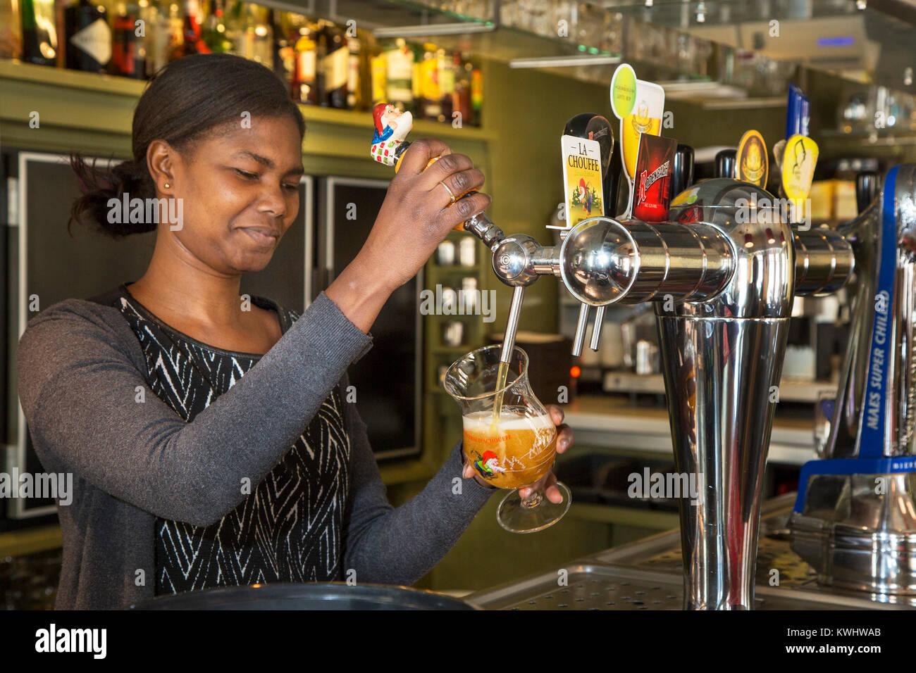 Barmaid noire bière belge de dessin en verre en taverne flamande De ...