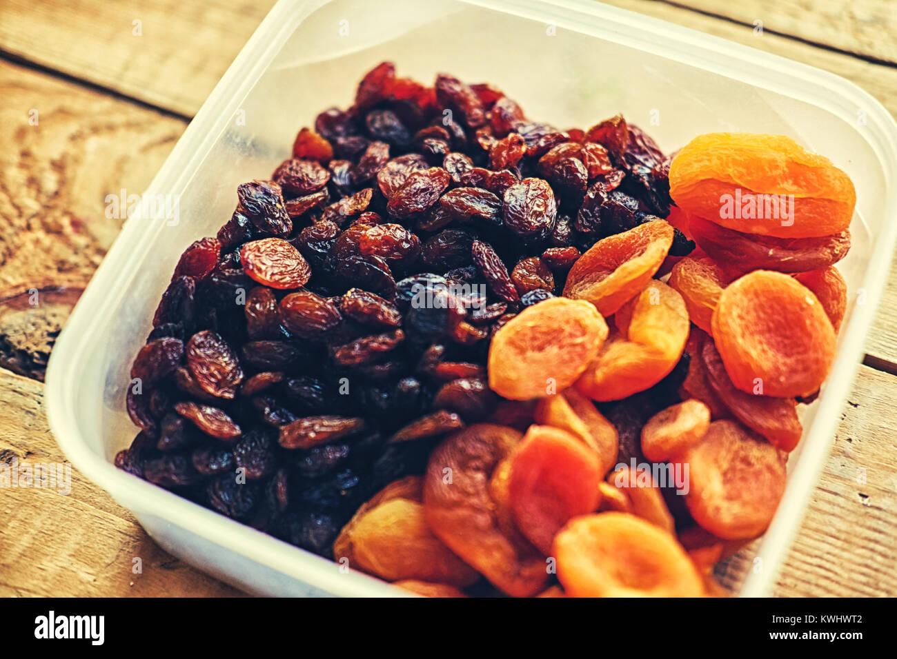Alimentation nourriture. Les raisins et abricots secs Banque D'Images