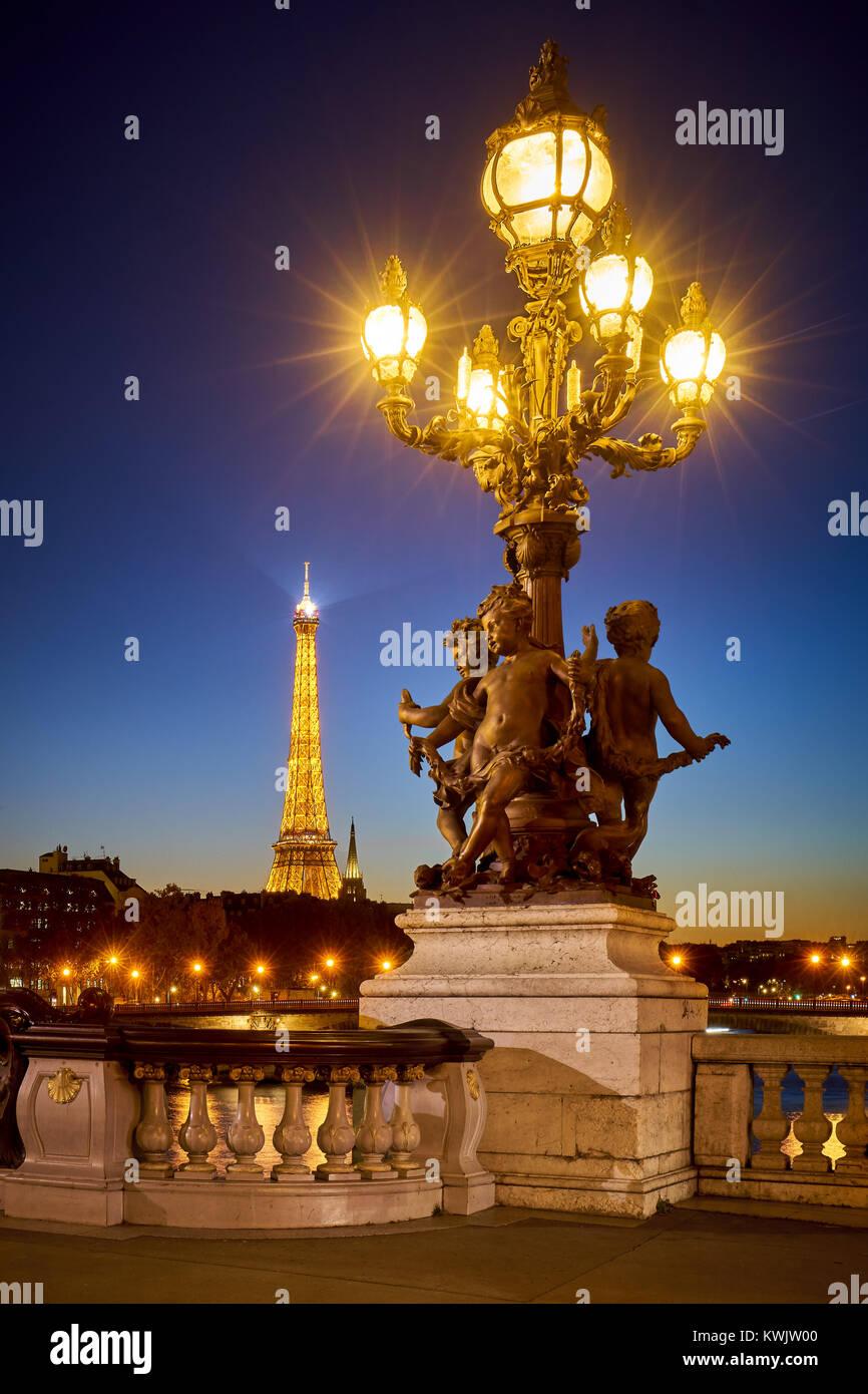 Pont Alexandre III pont style candélabre lampadaire avec la Tour Eiffel illuminée. 8ème arrondissement, Photo Stock