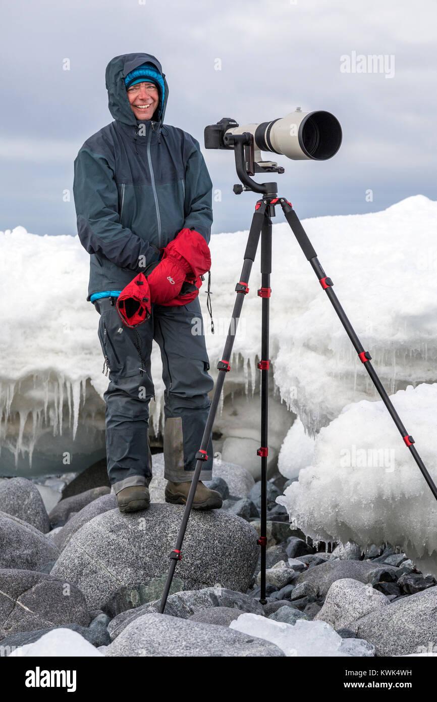 Photographe avec téléobjectif énorme capturer la faune; Half Moon Island; l'Antarctique Banque D'Images