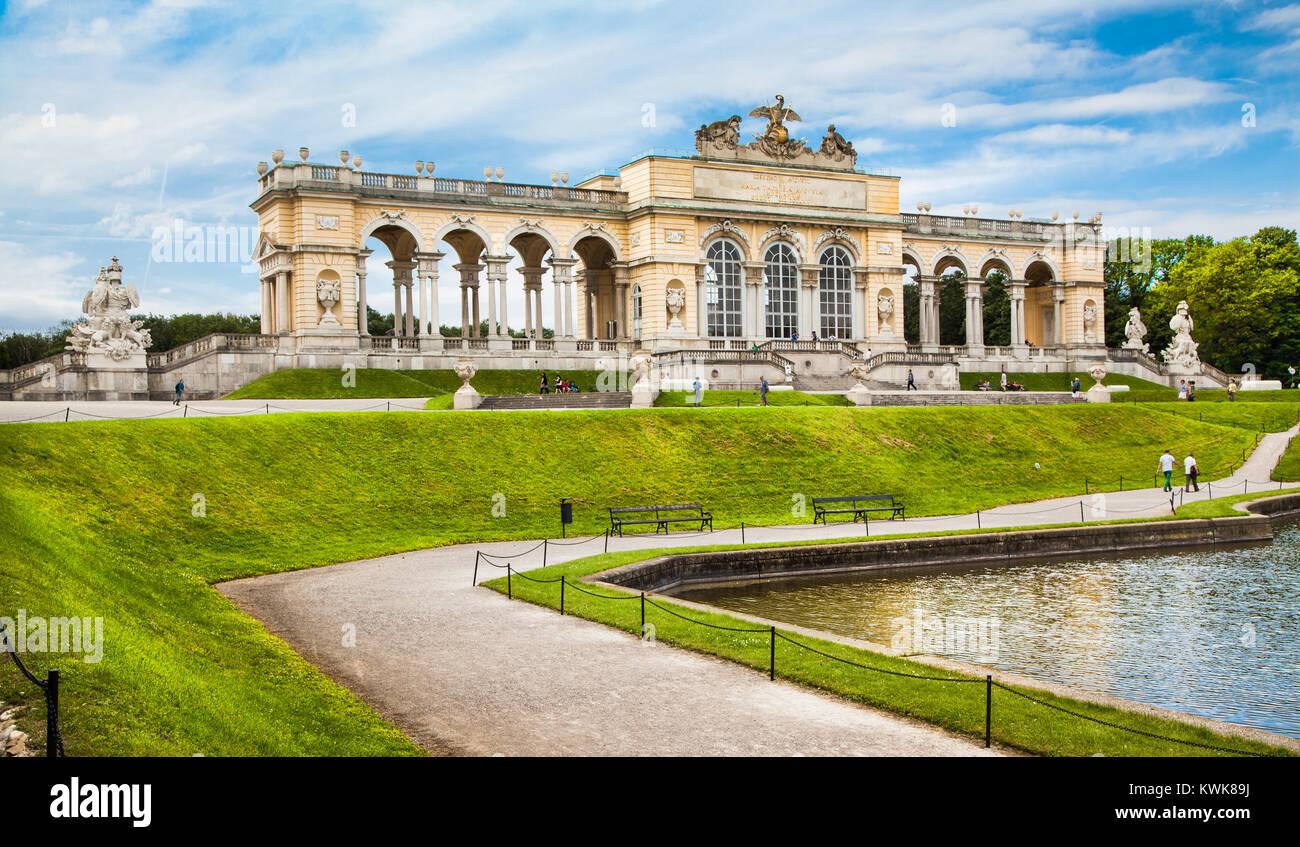 Belle vue de la célèbre chapelle du château de Schönbrunn et ses jardins à Vienne, Autriche Photo Stock