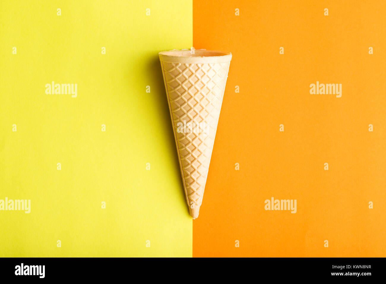 Cornet de crème glacée sur double fond coloré. Photo Stock
