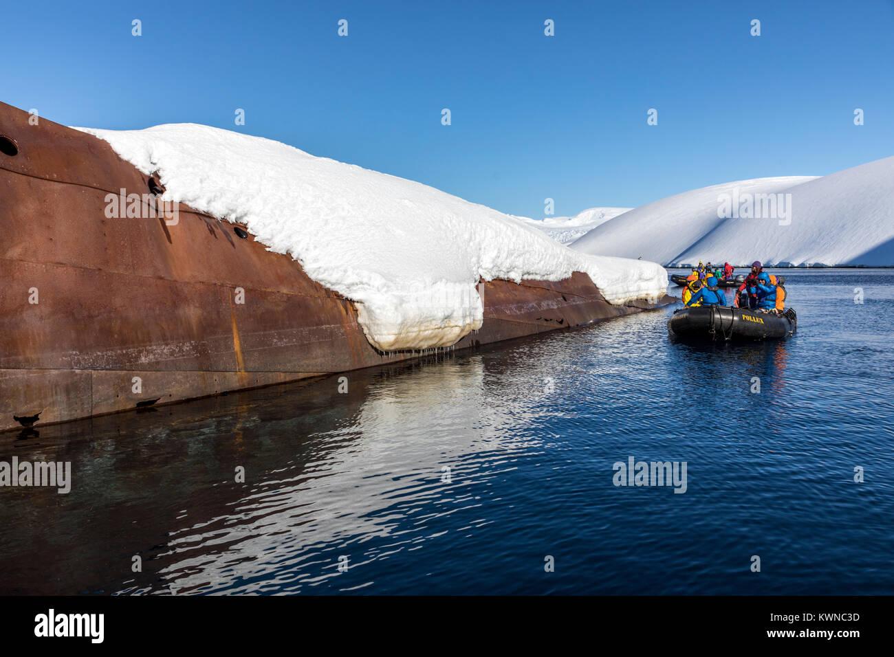 Les touristes en visite en bateau Zodiac baleinière norvégien naufrage; Gouvenoren; Entreprise; l'île de l'Antarctique Banque D'Images