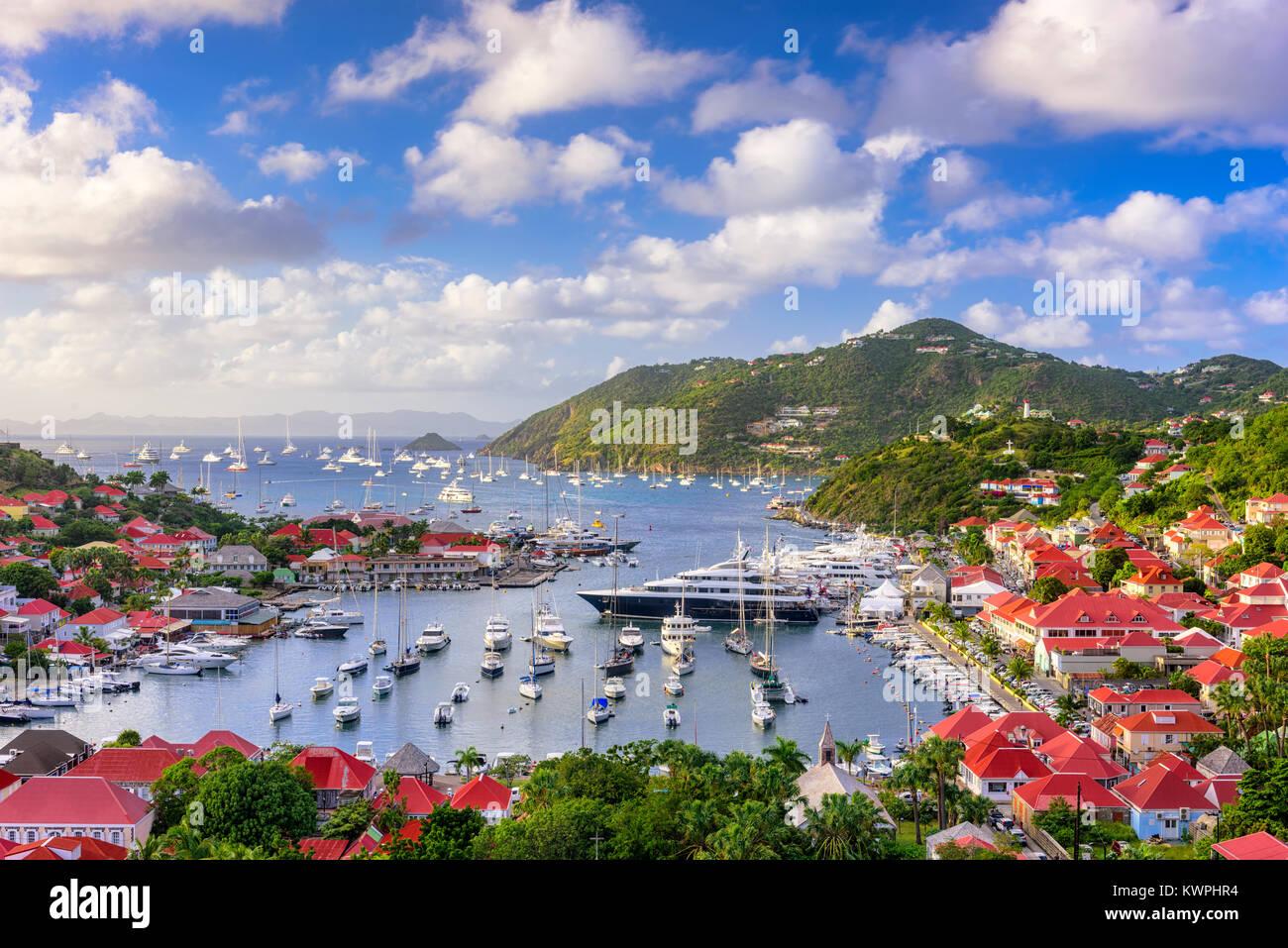 Le port et les toits de Saint Barthelemy dans les Antilles des Caraïbes. Banque D'Images