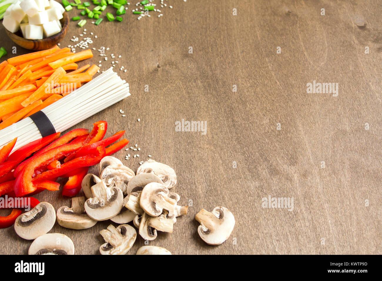 Végétalien végétarien ingrédients alimentaires asiatiques pour les sautés avec du tofu, les nouilles, les champignons Banque D'Images