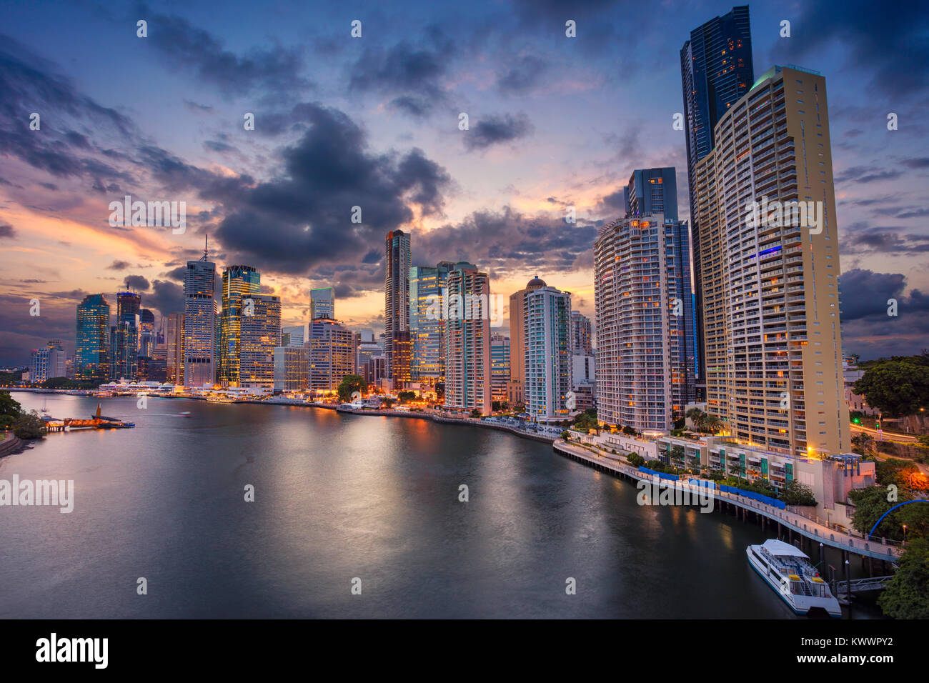 Brisbane. Cityscape image de Brisbane, Australie au cours de l'horizon le coucher du soleil spectaculaire. Banque D'Images