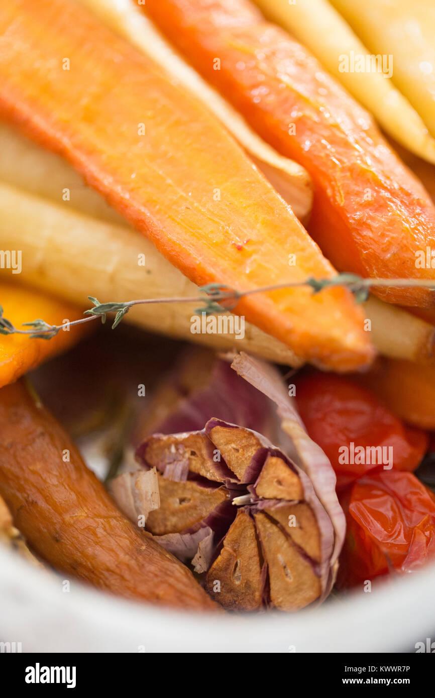 Les légumes racines rôtis et demi d'ail ampoule Photo Stock