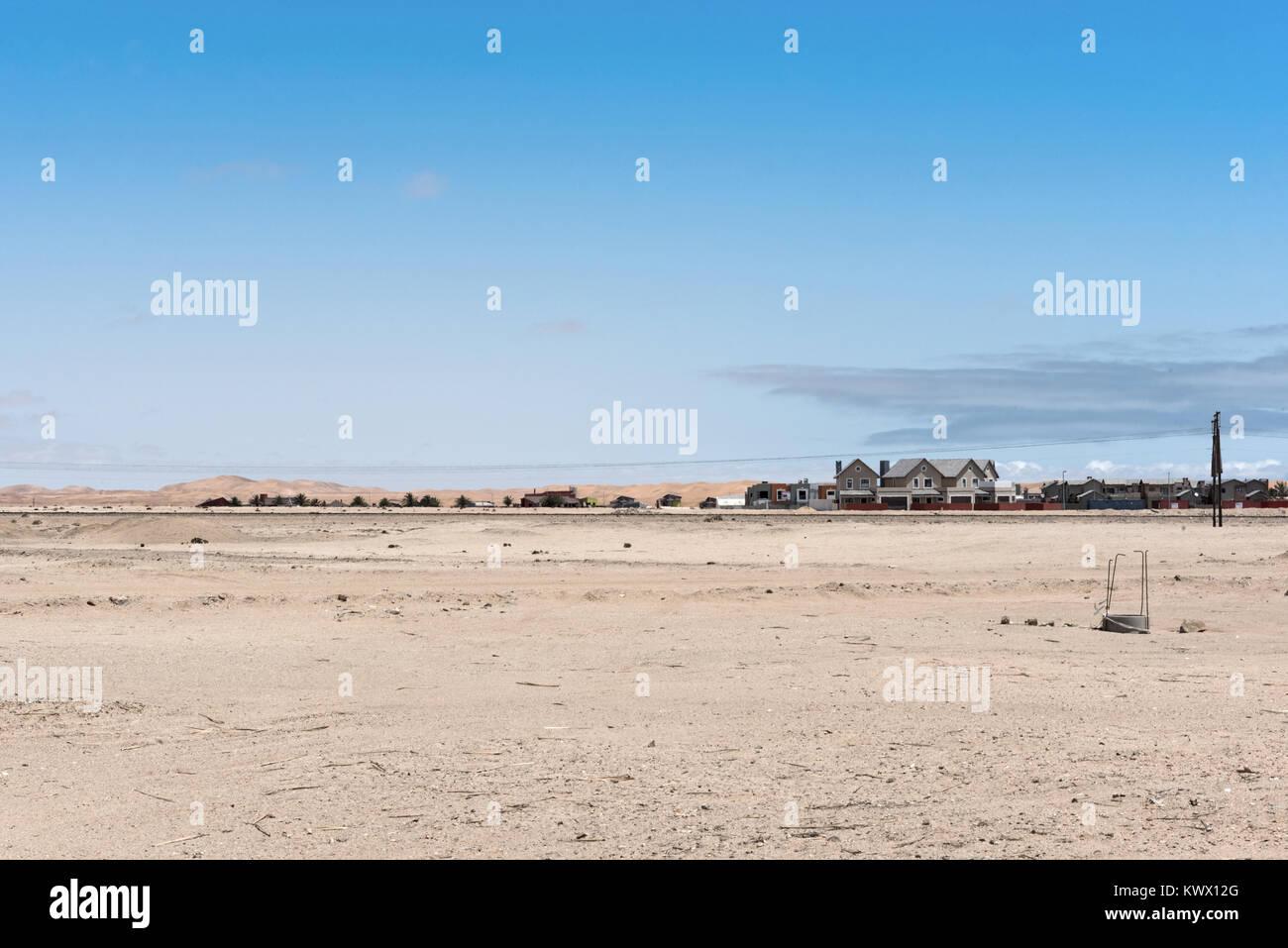 Le peuplement en face des dunes du désert du Namib à la périphérie est de Swakopmund Photo Stock