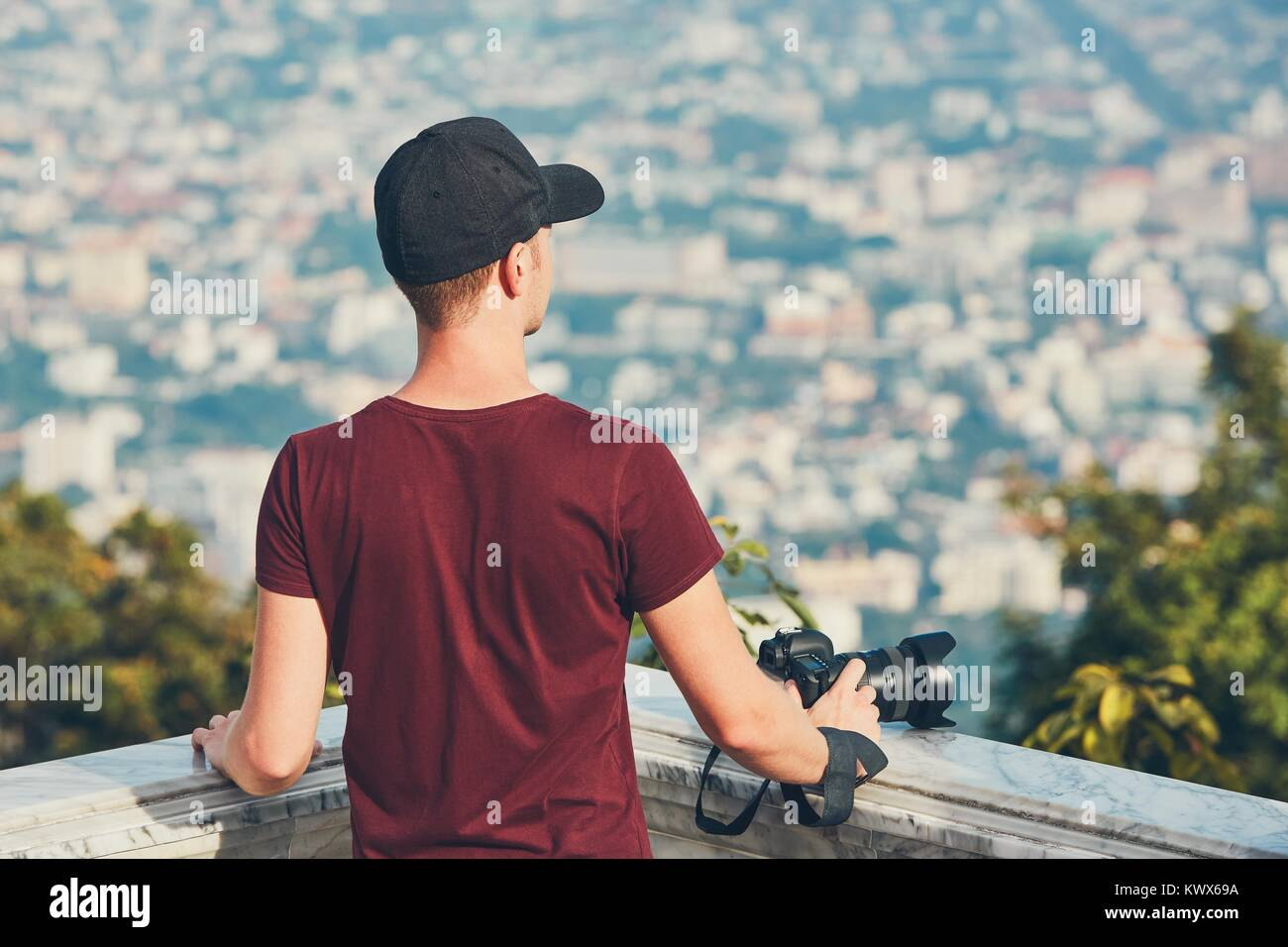 Le jeune photographe (meilleur) avec photo caméra à la recherche d'inspiration. Chiang Mai, Thaïlande Photo Stock